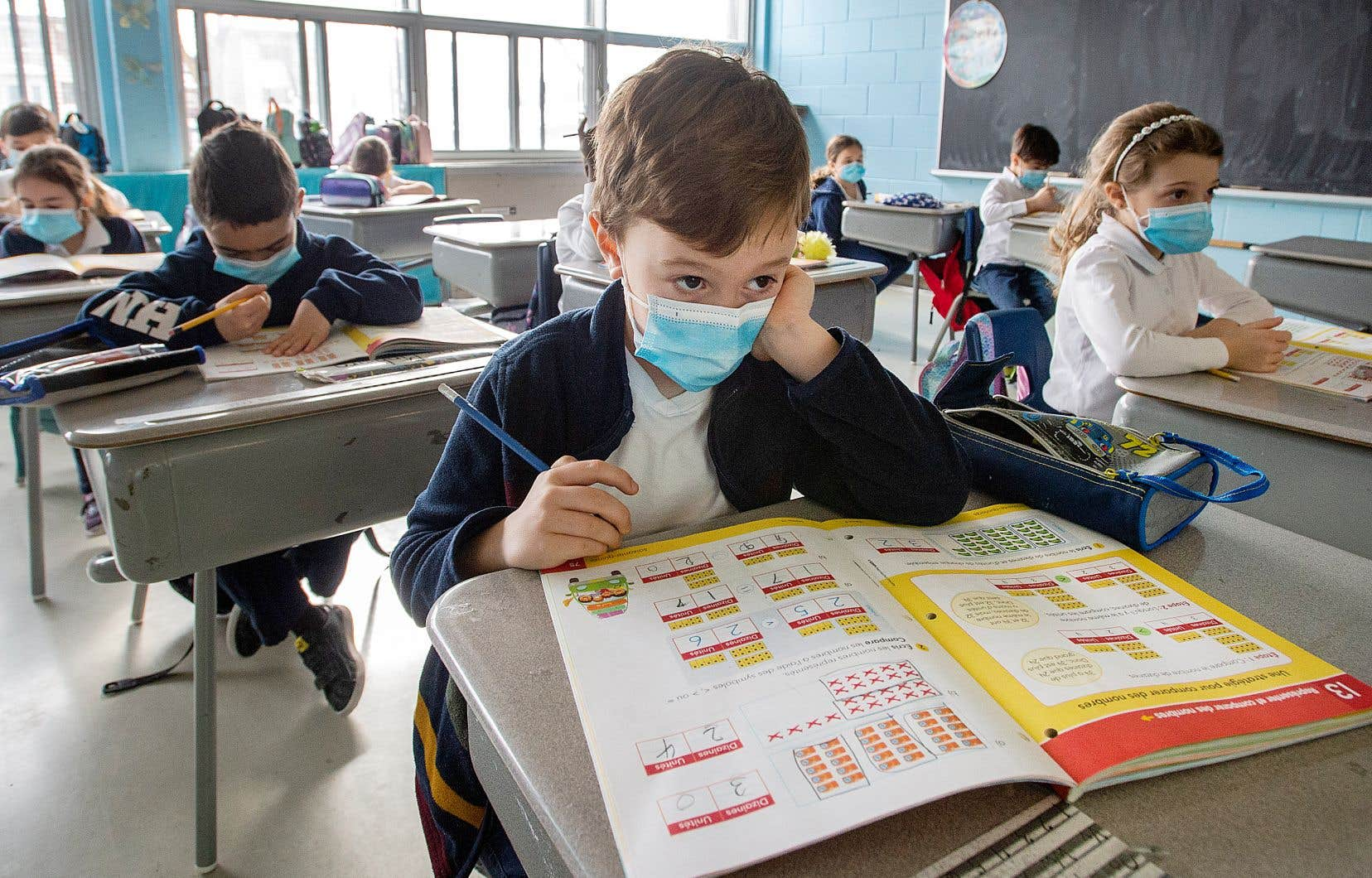 Tous les élèves du primaire en zone rouge doivent maintenant porter un masque de médical.