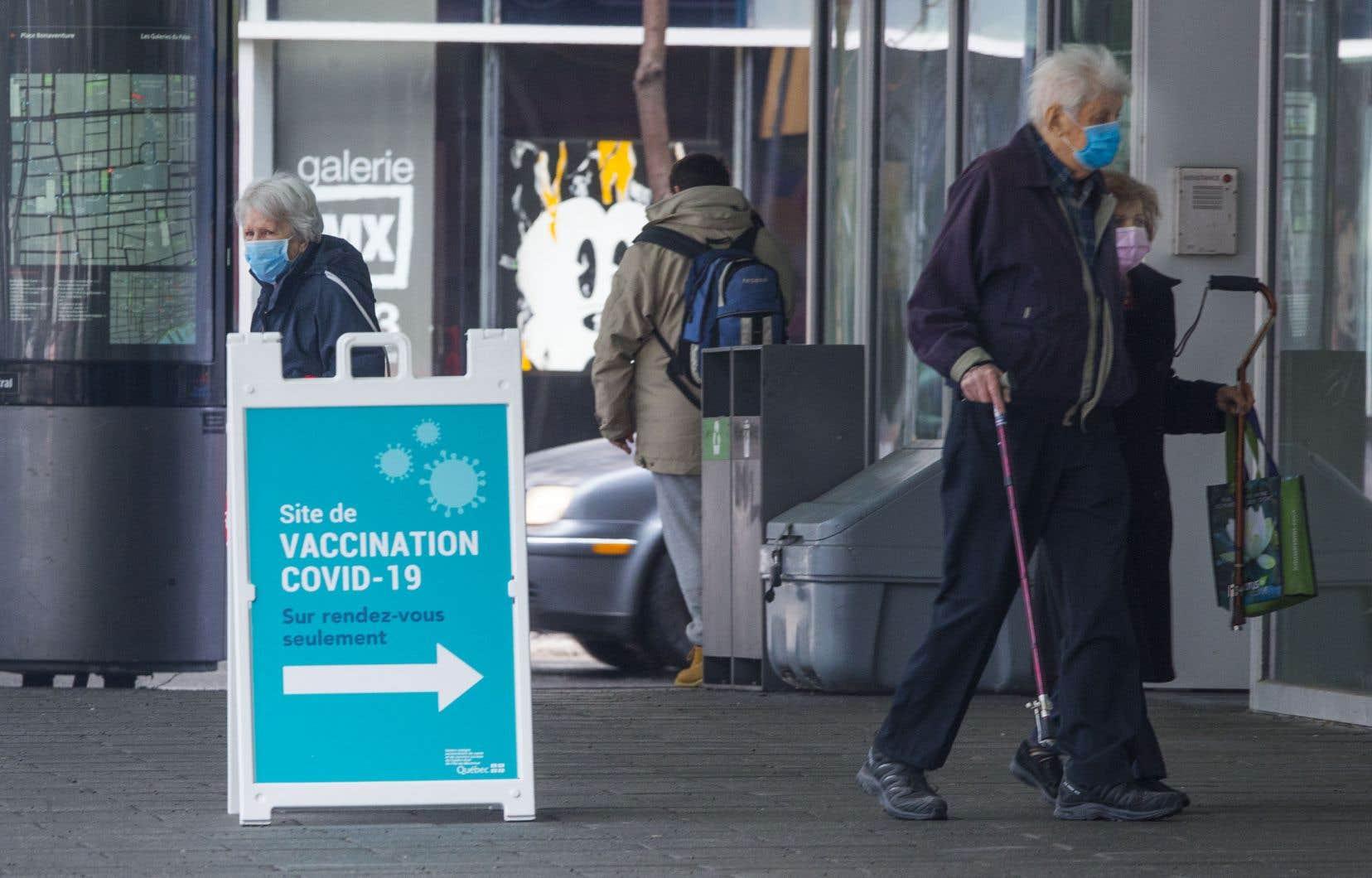 Lors de la vaccination, l'accompagnateur d'une personne âgée pourrait se faire vacciner en même temps qu'elle, s'il est âgé de 70 ans et plus et s'il est présent trois jours par semaine ou plus en soutien à son proche.
