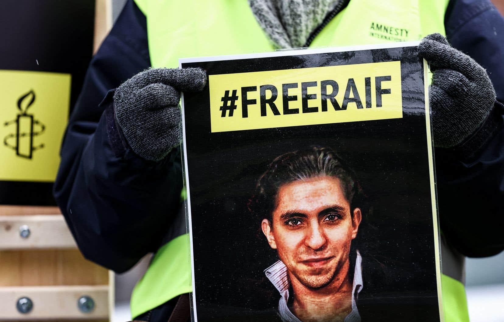 Un manifestant pour les droits de la personne d'Amnesty International brandissait un portrait de Raif Badawi en face de l'ambassade de l'Arabie saoudite à Bruxelles, le 8 janvier dernier.
