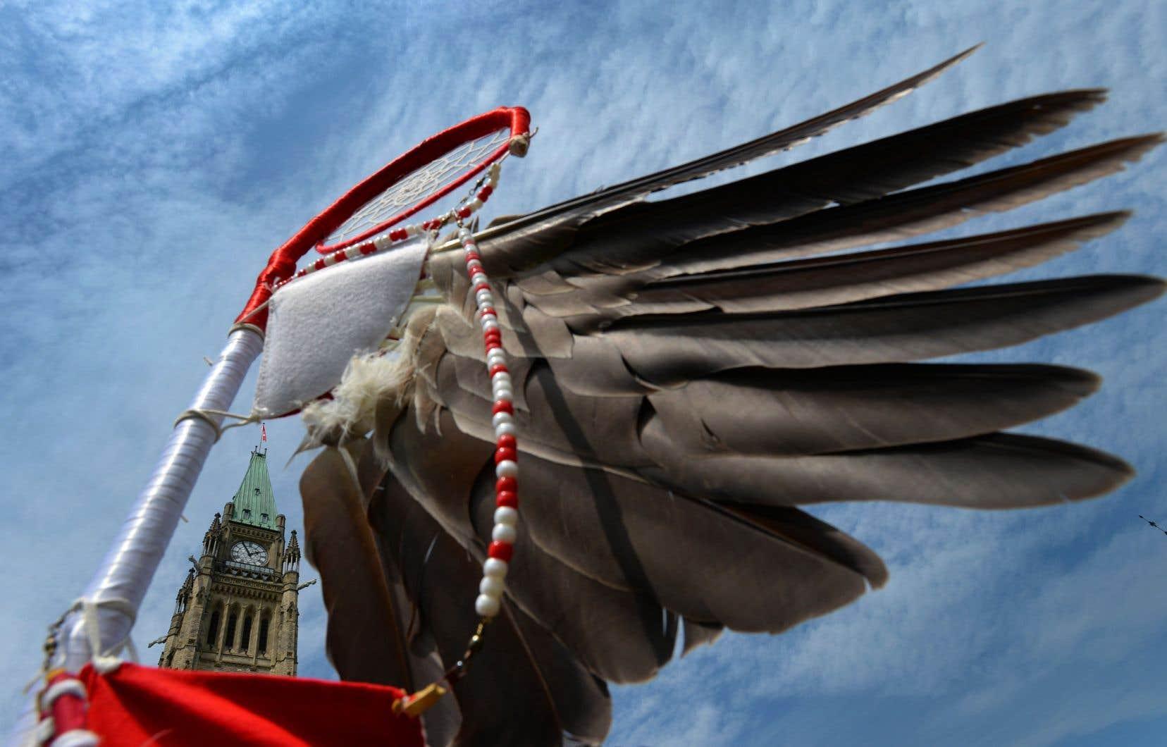 «Malgré l'image bienveillante du Canada, son histoire regorge d'exemples de violence médicale génocidaire infligée aux communautés autochtones, y compris envers des enfants, avec des médecins canadiens menant souvent la charge», écrivent les auteurs.