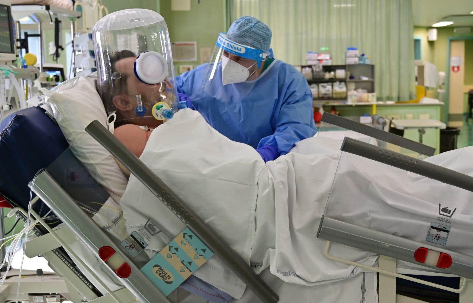 Les hôpitaux  et les unités de soins intensifs sont saturés dans plus  de la moitié  des 20 régions de l'Italie en  raison de  la propagation de la COVID-19.