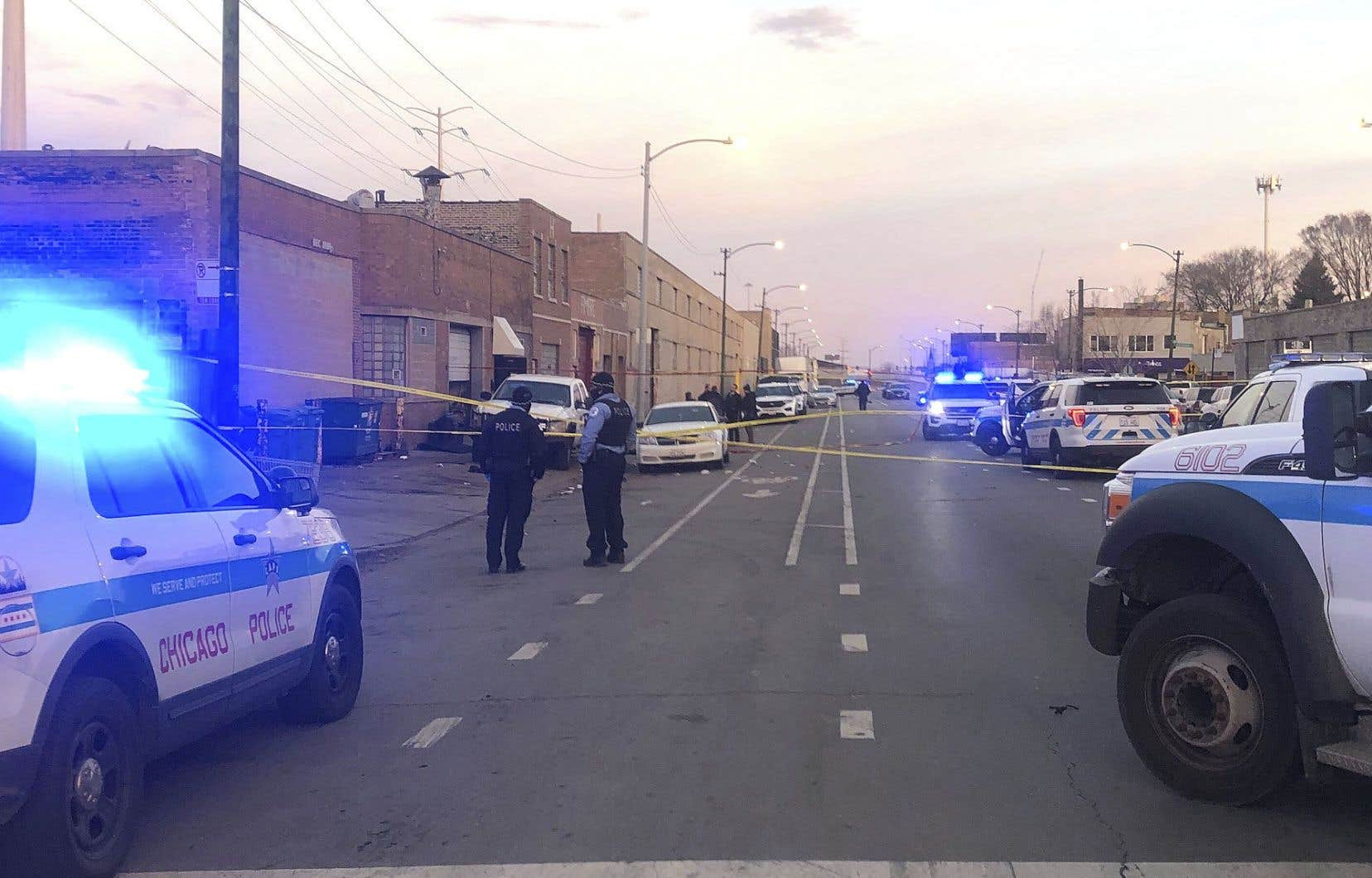 «Quatre armes ont été retrouvées sur place […]. Plusieurs des témoins, blessés, se trouvent encore au bloc opératoire», a précisé David Brown, le chef de la police de Chicago.