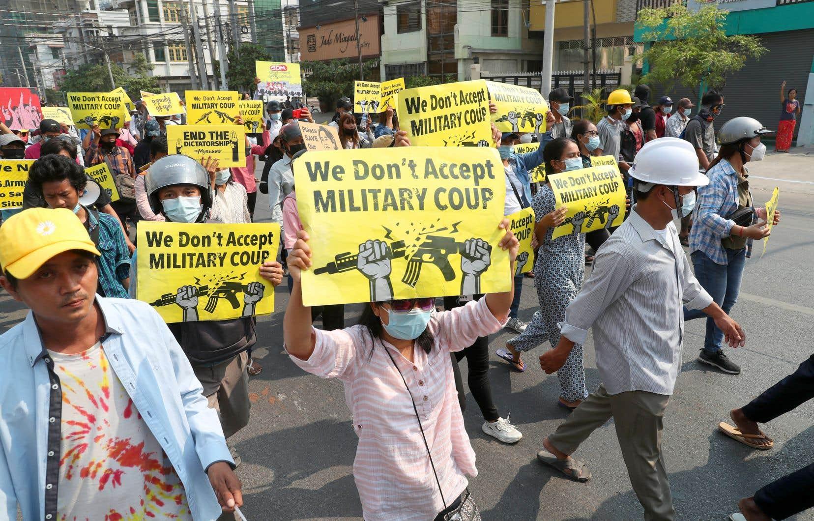 Le bilan ne cesse de s'alourdir avec au moins 44 civils tués dimanche, journée de répression la plus sanglante depuis le coup d'État militaire du 1er février. Sur la photo, des manifestants pro-démocratie, lundi, à Mandalay.