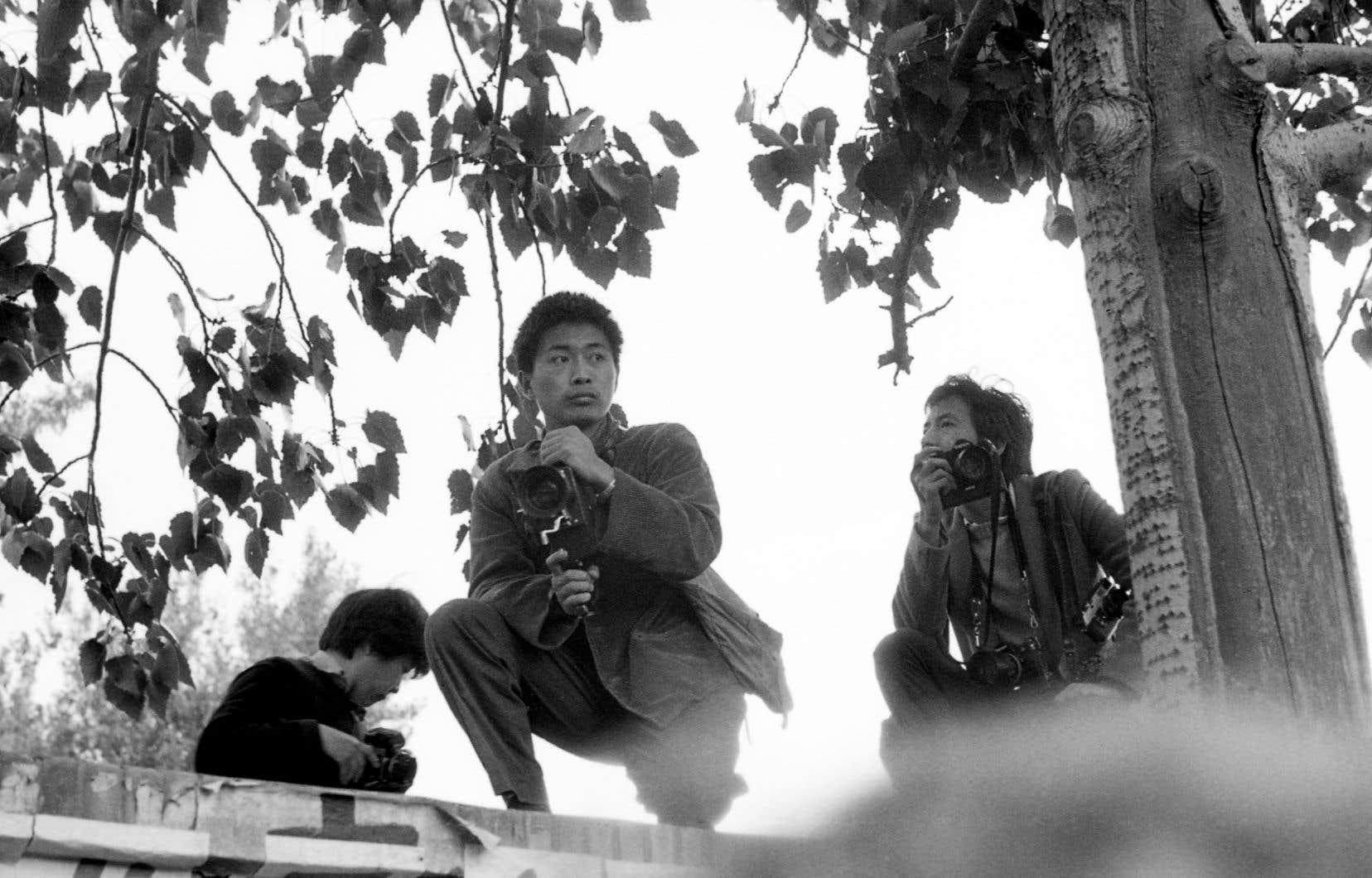 Le cinéaste Chi Xiaoning au sommet du mur de la Démocratie en 1979