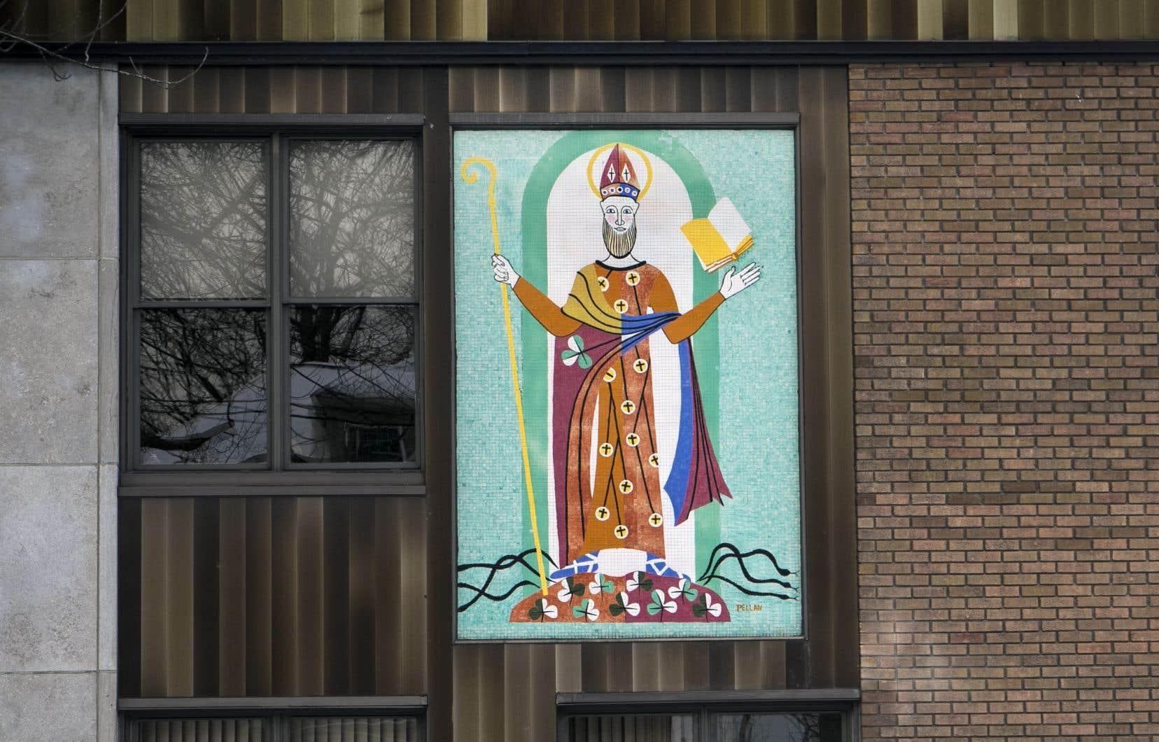 La murale conçue par Alfred Pellan en 1958 et installée sur la façade du 142 rue Dufferin, à Granby, représente un saint Patrick stylisé, réalisé sous forme de mosaïque.