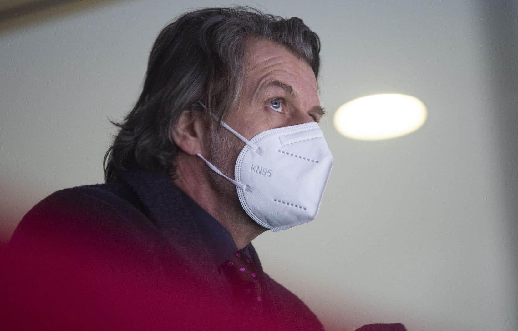 Le directeur général du Tricolore, Marc Bergevin, en train d'observer le match entre les Canadiens de Montréal et les Jets de Winnipeg, le 6 mars dernier.