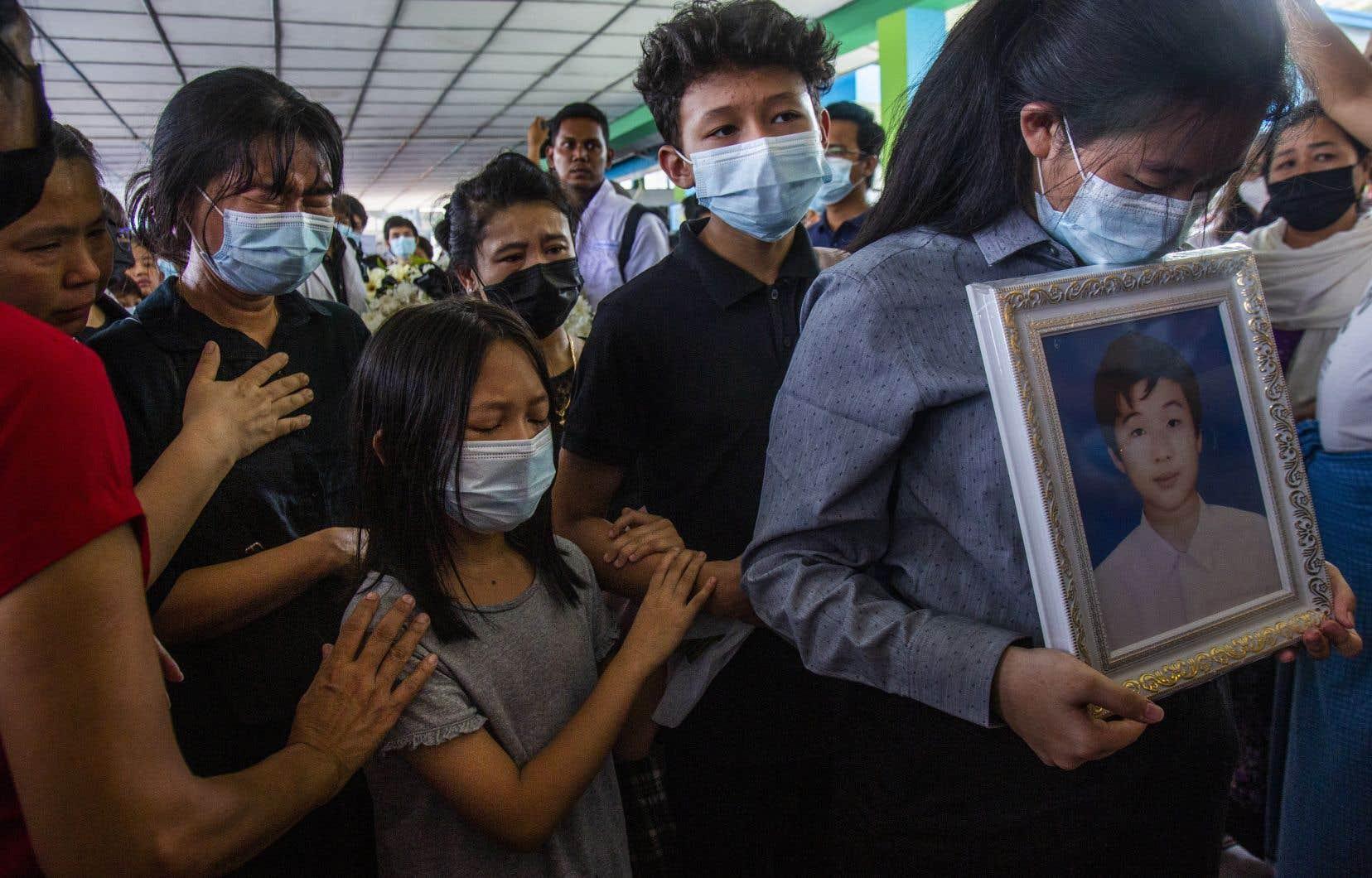 Plusieurs anciens camarades de classe de Khant Nyar Hein, un étudiant en médecine de 18ans tombé dimanche sous les balles des forces de sécurité, ont pris part à ses funérailles, mardi, à Rangoun. La journée de dimanche a été la plus sanglante au Myanmar depuis le coup d'État du 1<sup>er</sup>février, avec 74 morts.