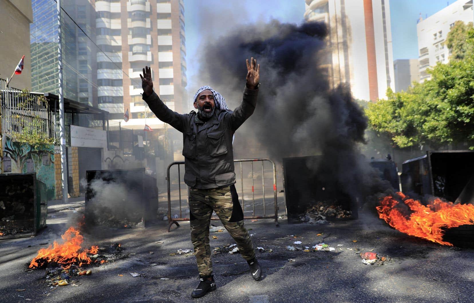 Cette nouvelle chute a provoqué la colère de manifestants qui ont bloqué des routes à travers le pays tandis que de nombreux commerces ont fermé face à l'envolée des prix.