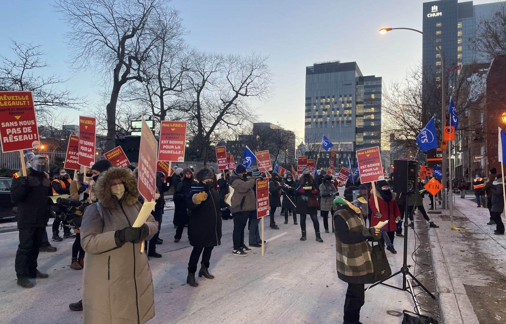Le 15 décembre dernier, des membres de l'APTS ont manifesté devant la BAnQ, où le premier ministre tenait un point de presse.