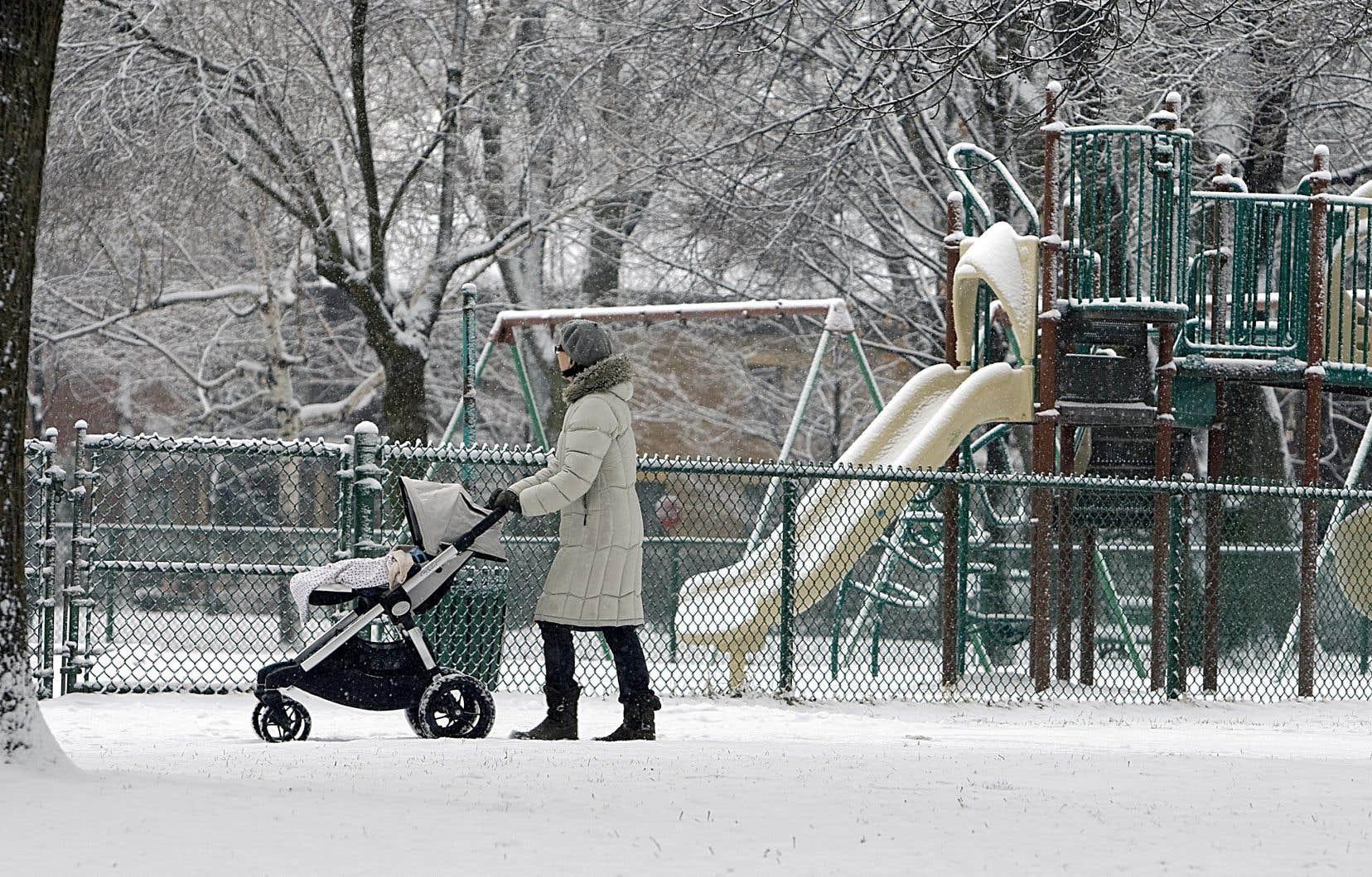Le printemps dernier, la fermeture des services de garde et des écoles ont contraint plusieurs femmes à rester chez elles pour s'occuper des enfants.