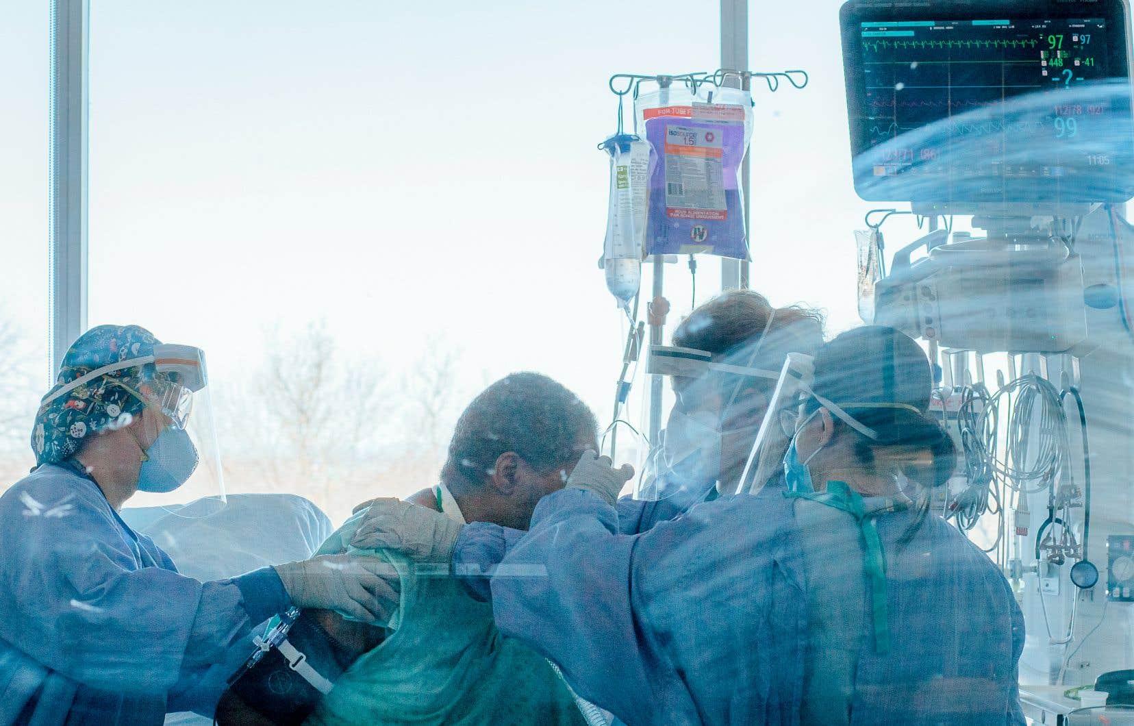 Deux infirmières et un inhalothérapeute interviennent auprès d'un patient à l'Hôpital général juif de Montréal. La vie des professionnels de la santé a été bousculée par l'arrêté 007 qui a suspendu leurs conventions collectives.