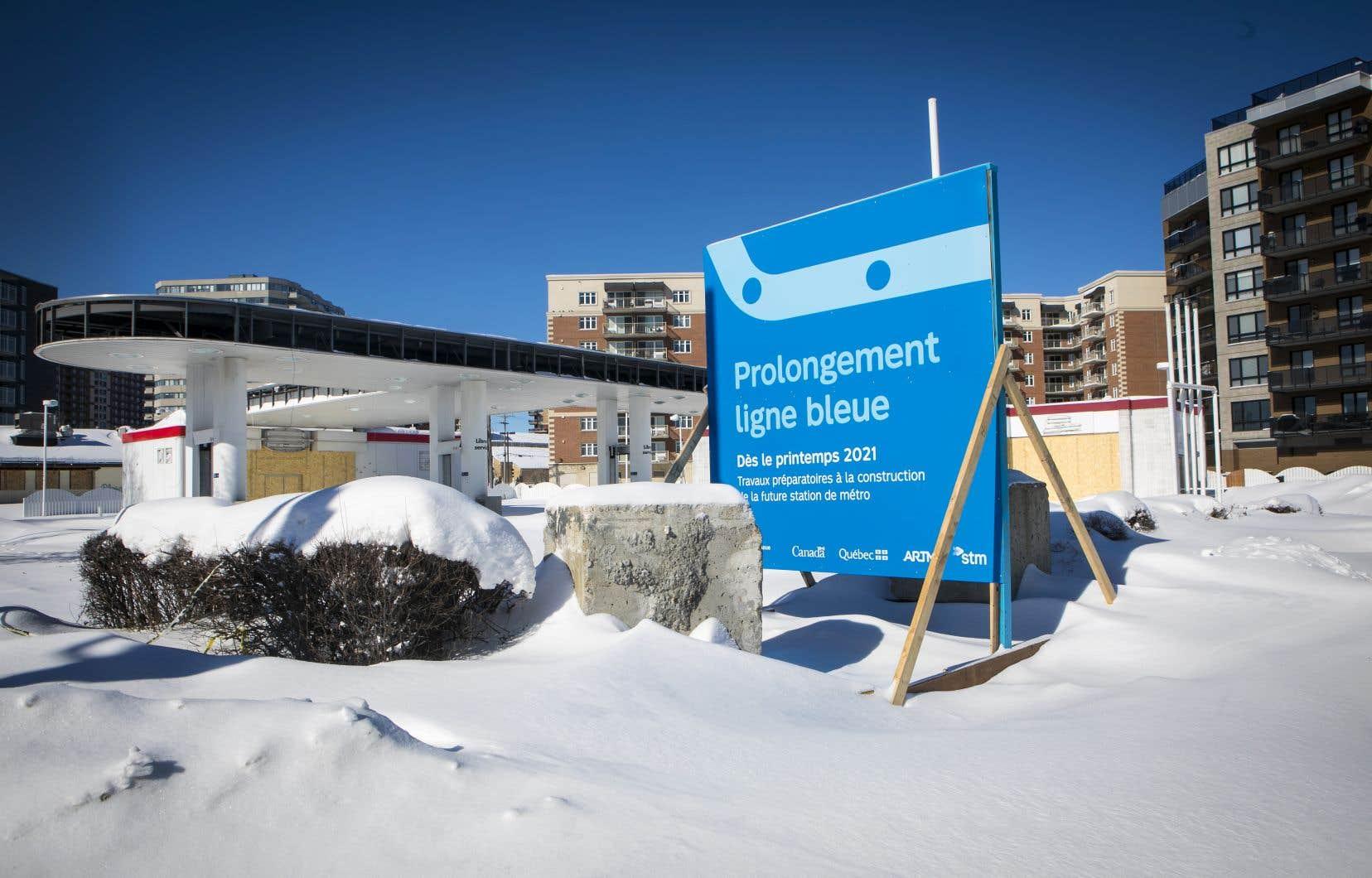 L'annonce du REM de l'Est par le gouvernement de François Legault en décembre dernier ajoute à la complexité du dossier puisque l'antenne du REM qui se rend jusqu'à Montréal-Nord croisera la ligne bleue. La station Lacordaire deviendra intermodale et sa conception devra être revue de fond en comble.
