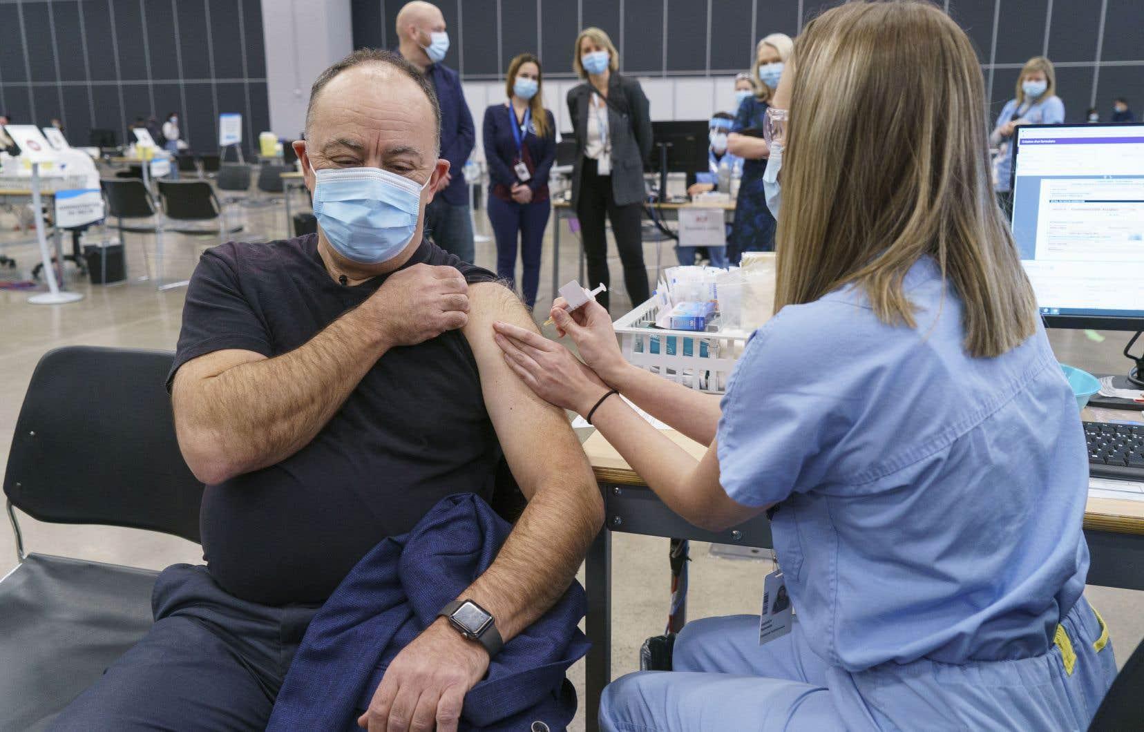 En se faisant inoculer le vaccin d'AstraZeneca, le ministre Dubé tentait de rassurer le public après que plusieurs pays eurent suspendu l'utilisation de ce vaccin.