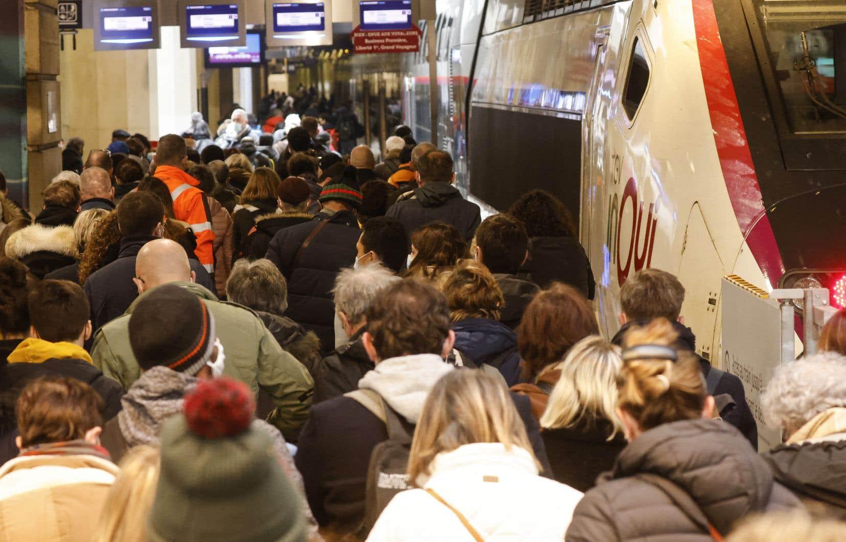 Dès le matin, les gares parisiennes étaient bondées de voyageurs pressés d'attraper leur train pour s'évader de la capitale et ses nouvelles restrictions.