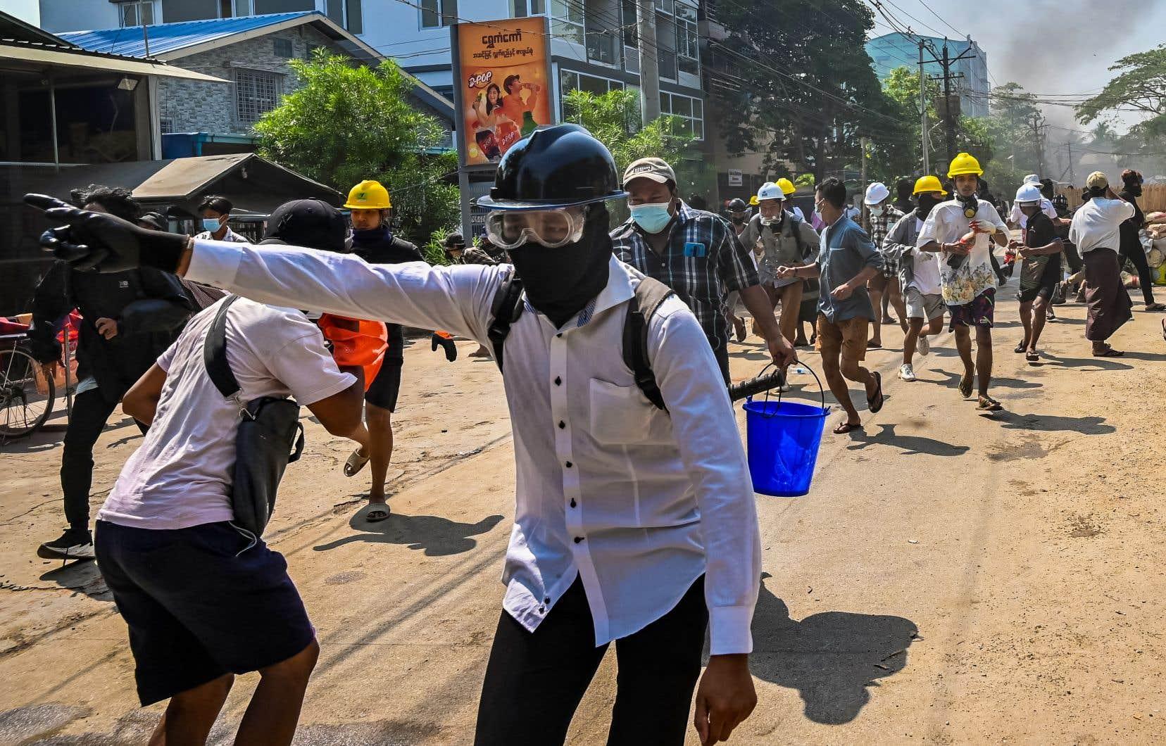 Certains quartiers sont tombés dans le chaos, des manifestants lançant des projectiles et des cocktails Molotov sur l'armée et la police, qui tirent à balles réelles.