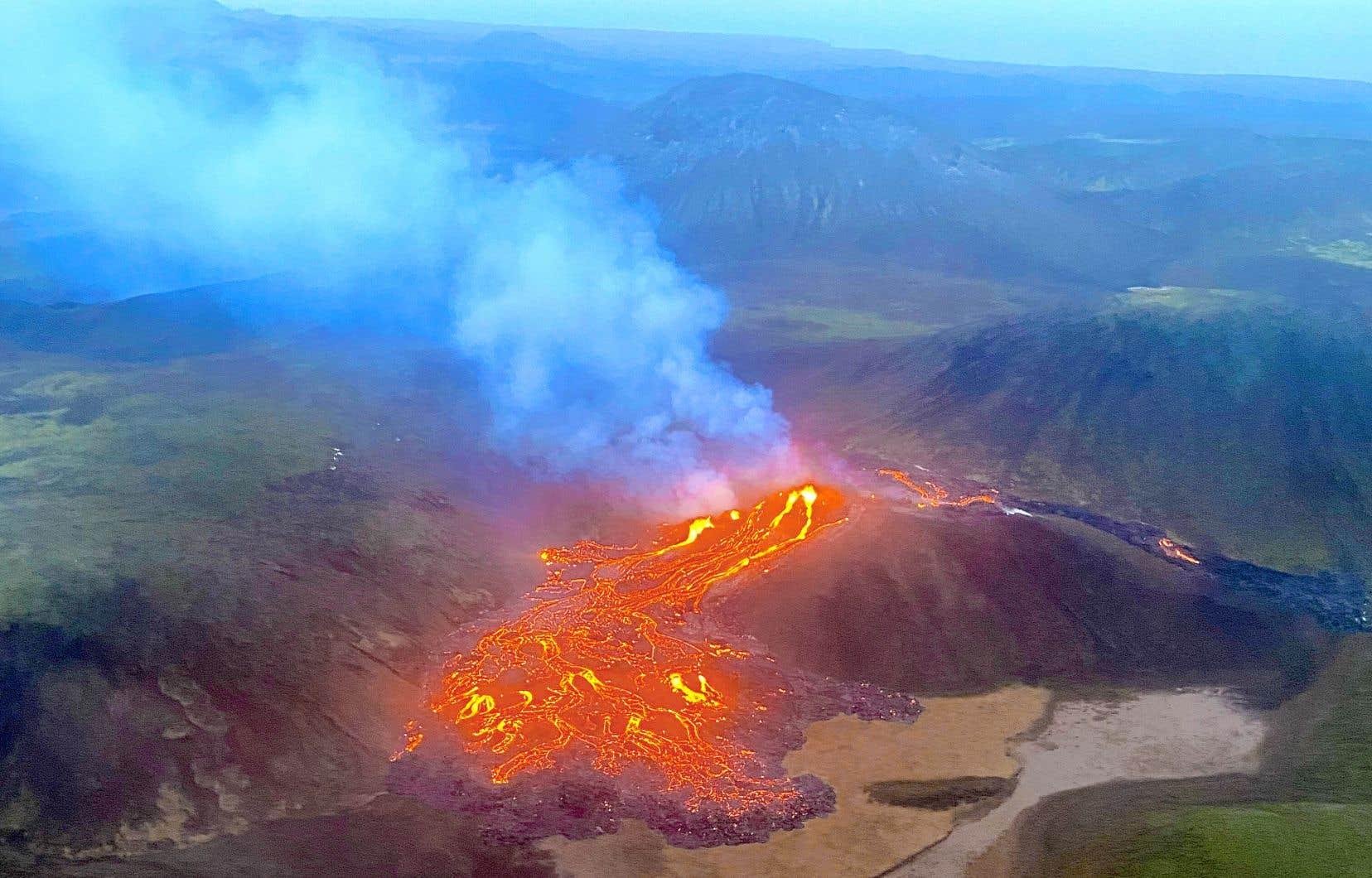 Le système volcanique de Krysuvik, qui n'a pas de cratère principal, est situé au sud du mont Fagradalsfjall. Encaissé et dans une zone inhabitée, le lieu de l'éruption entraîne une accumulation du magma légèrement en contrebas, limitant le risque de dommages.