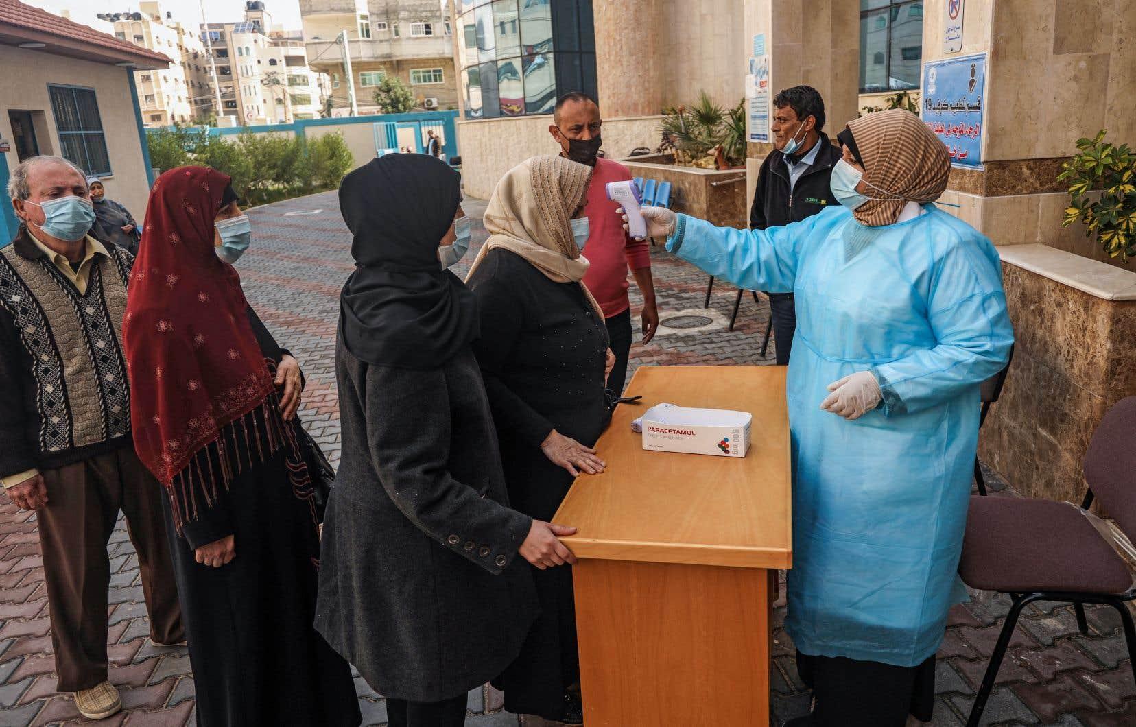 Dans la bande de Gaza, certains ont déjà pu se faire vacciner la semaine dernière, après la livraison de quelque 40000 doses du vaccin russe Spoutnik V en provenance des Émirats arabes unis.