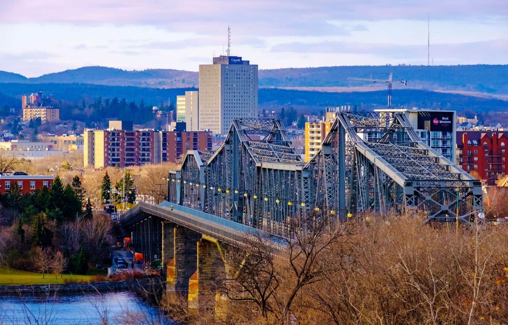 En moins de dix ans, la ville de Gatineau a pris de l'ampleur sur le plan politique, notamment en s'imposant aussi bien à Québec qu'à Ottawa. Un changement de paradigme qui éloigne la fonction de maire, traditionnellement assez indépendant, d'une logique de districts centrée sur les infrastructures locales.