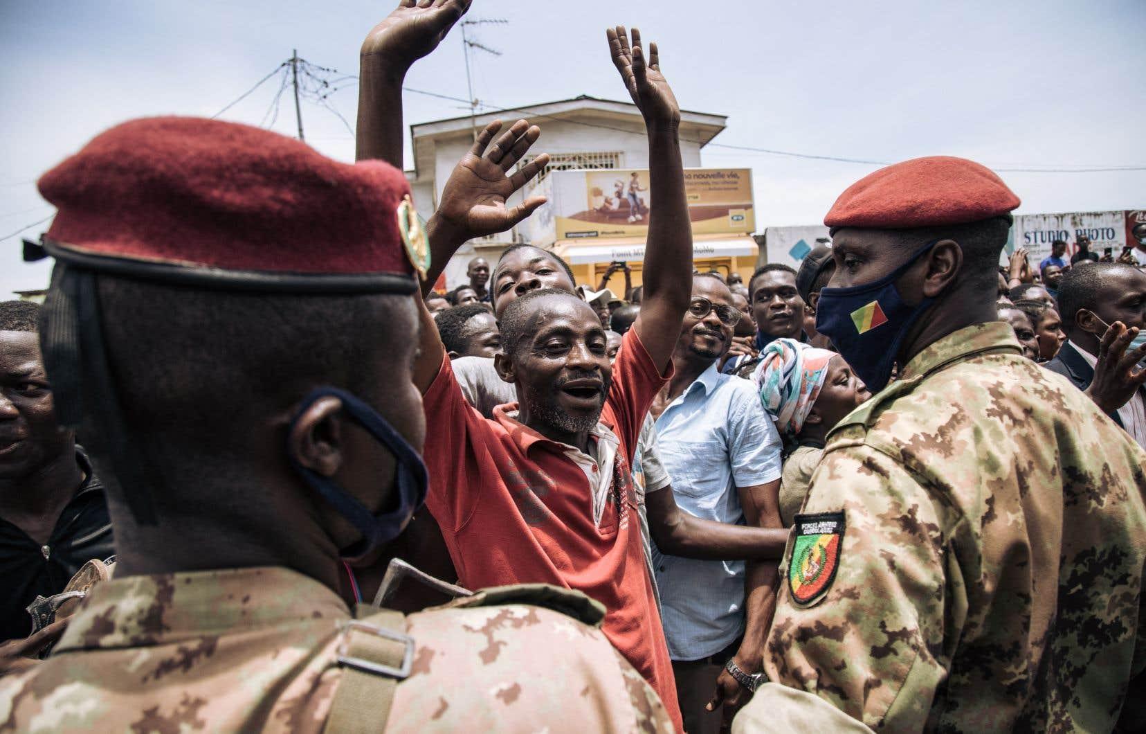 Militaires, gendarmes, policiers ou agents du renseignement en civil étaient en surnombre, tant dans les rues que dans les bureaux de vote, pour la présidentielle de dimanche qui comptait sept candidats en lice.