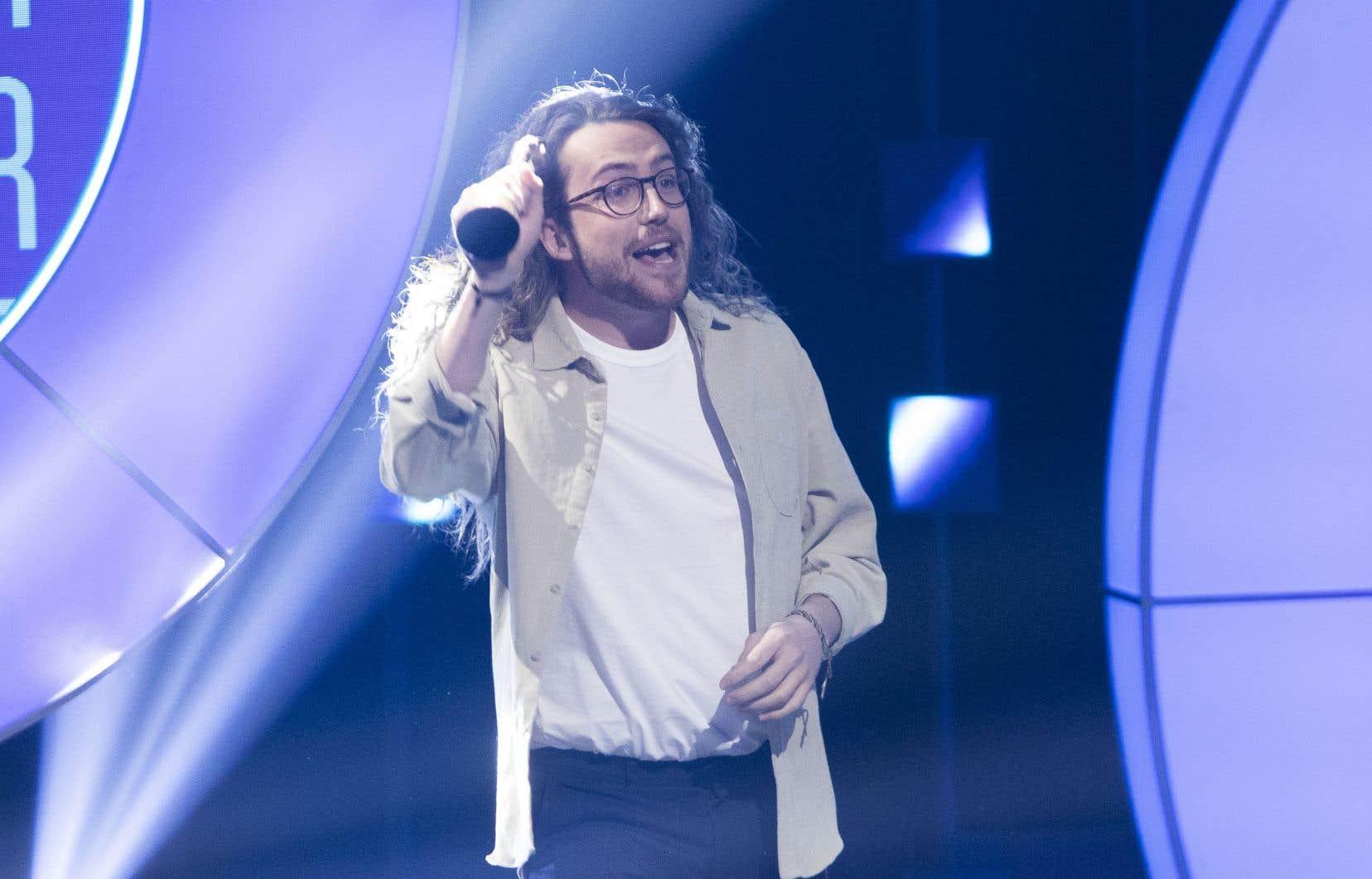 L'humoriste Mathieu Dufour a remporté, dimanche, aux gala Les Oliviers, le prix de l'Artiste COVID de l'année, remis à la suite d'un vote populaire. Présenté une cinquantaine de fois de mars à mai 2020, son Show-rona Virusest devenu, lors du premier confinement, un authentique phénomène culturel.