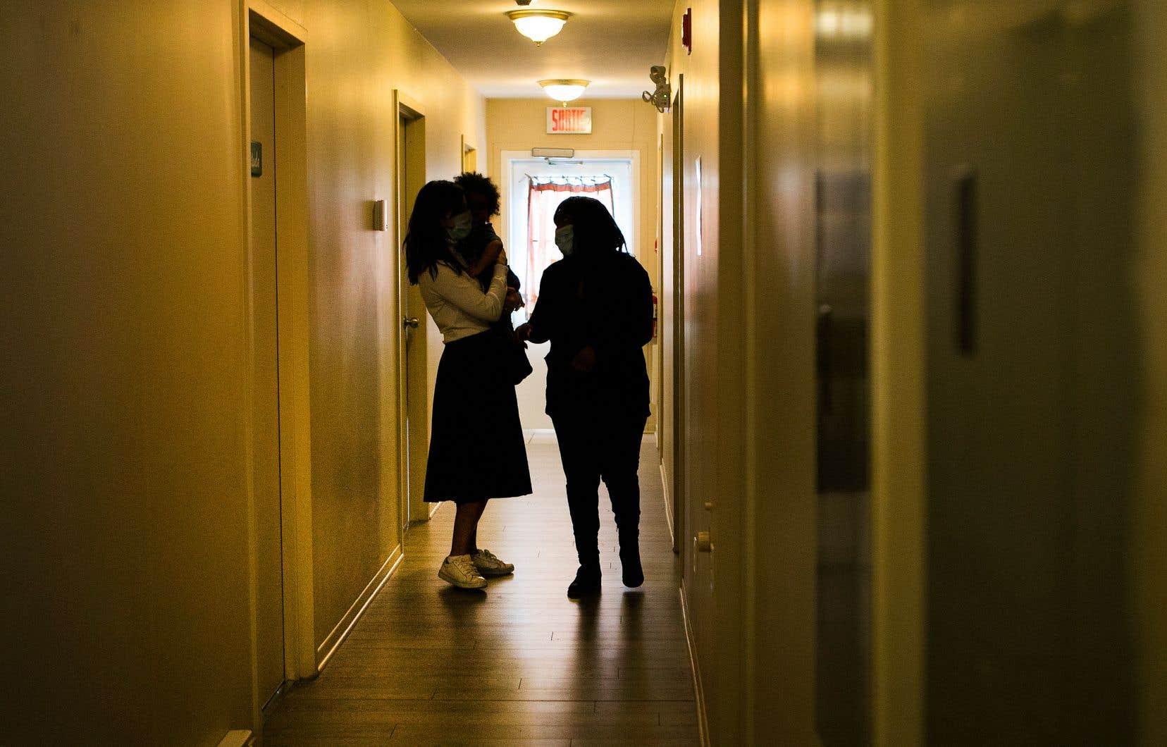 «C'est certain que le fait qu'une femme soit en maison d'hébergement peut faire partie des éléments qu'on présente au juge pour justement illustrer la nécessité d'une détention lors d'une enquête sur mise en liberté», indique Me Audrey Roy-Cloutier, porte-parole du Directeur des poursuites criminelles et pénales (DPCP).