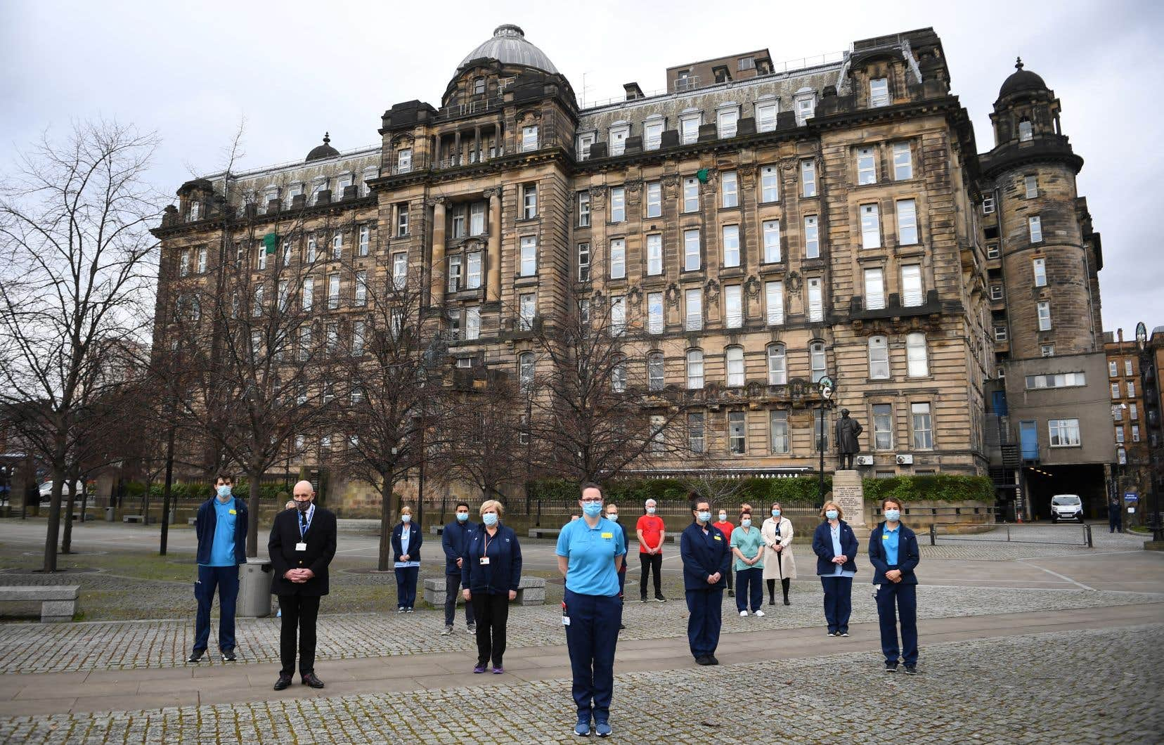 <p>Pays le plus endeuillé d'Europe, le Royaume-Uni s'est figé à 12hGMT (8h au Québec) lors d'une minute de silence en hommage à ses 126000 victimes de la pandémie, un an jour pour jour après la mise en place du premier confinement dans le pays.</p>