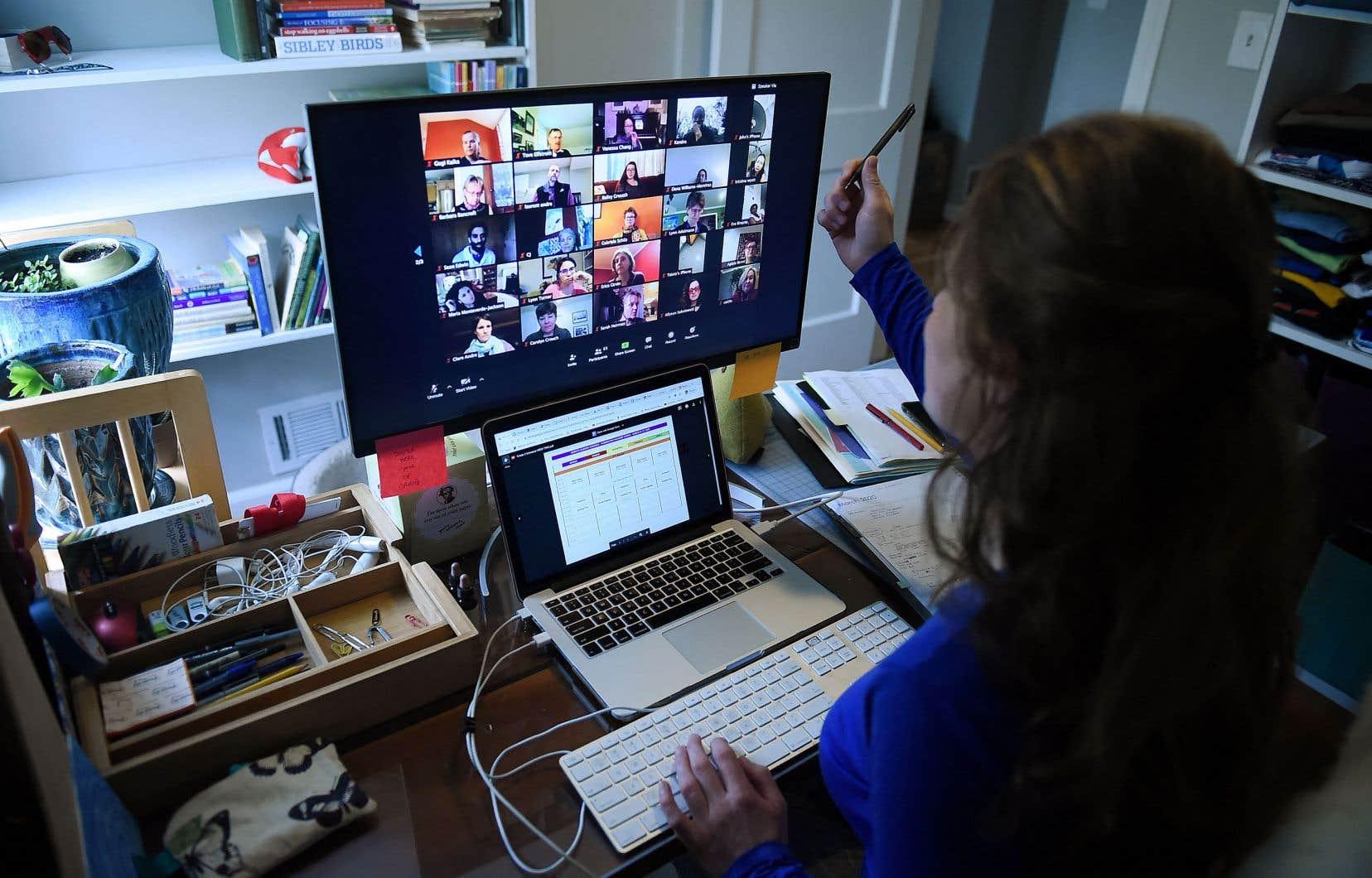 «Il y a 75 écrans dans mon écran, 76 avec moi. Certains sont habités par une personne, une photo, un dessin. D'autres par un fond noir avec un nom en marquise», écrit l'auteur.
