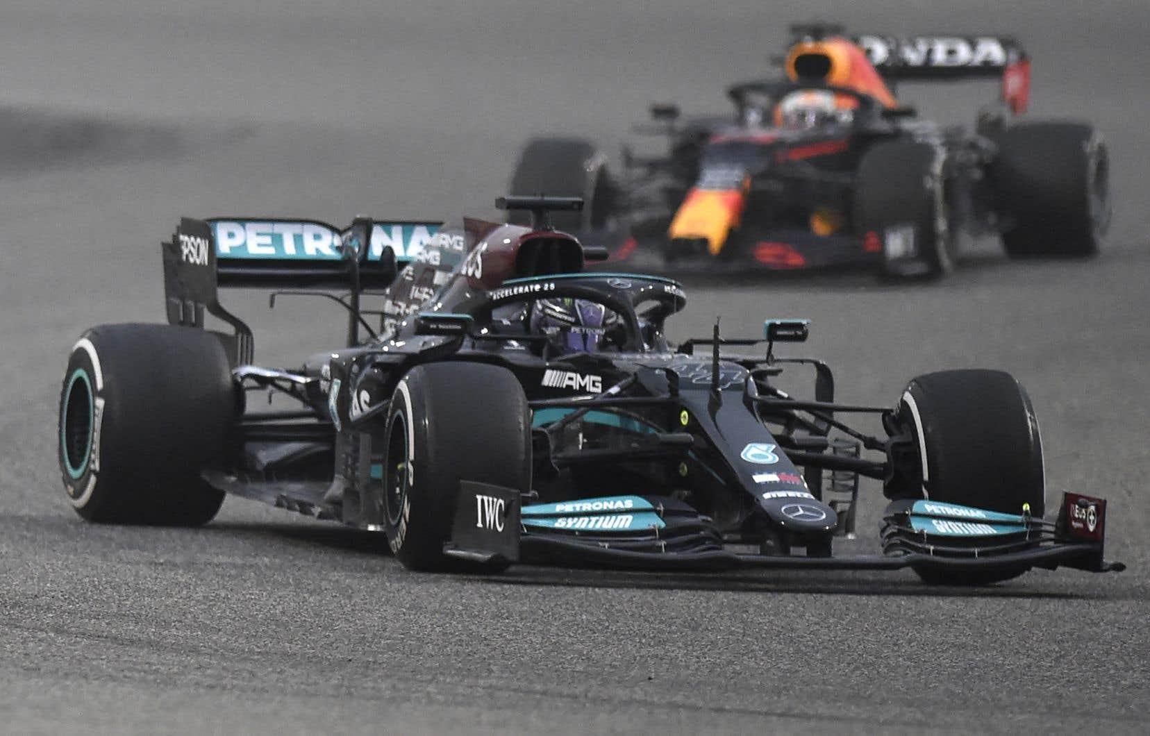 Lewis Hamilton et son principal adversaire Max Verstappen, photographiés le 12 mars dernier à Bahreïn, se livreront une chaude lutte cette saison.