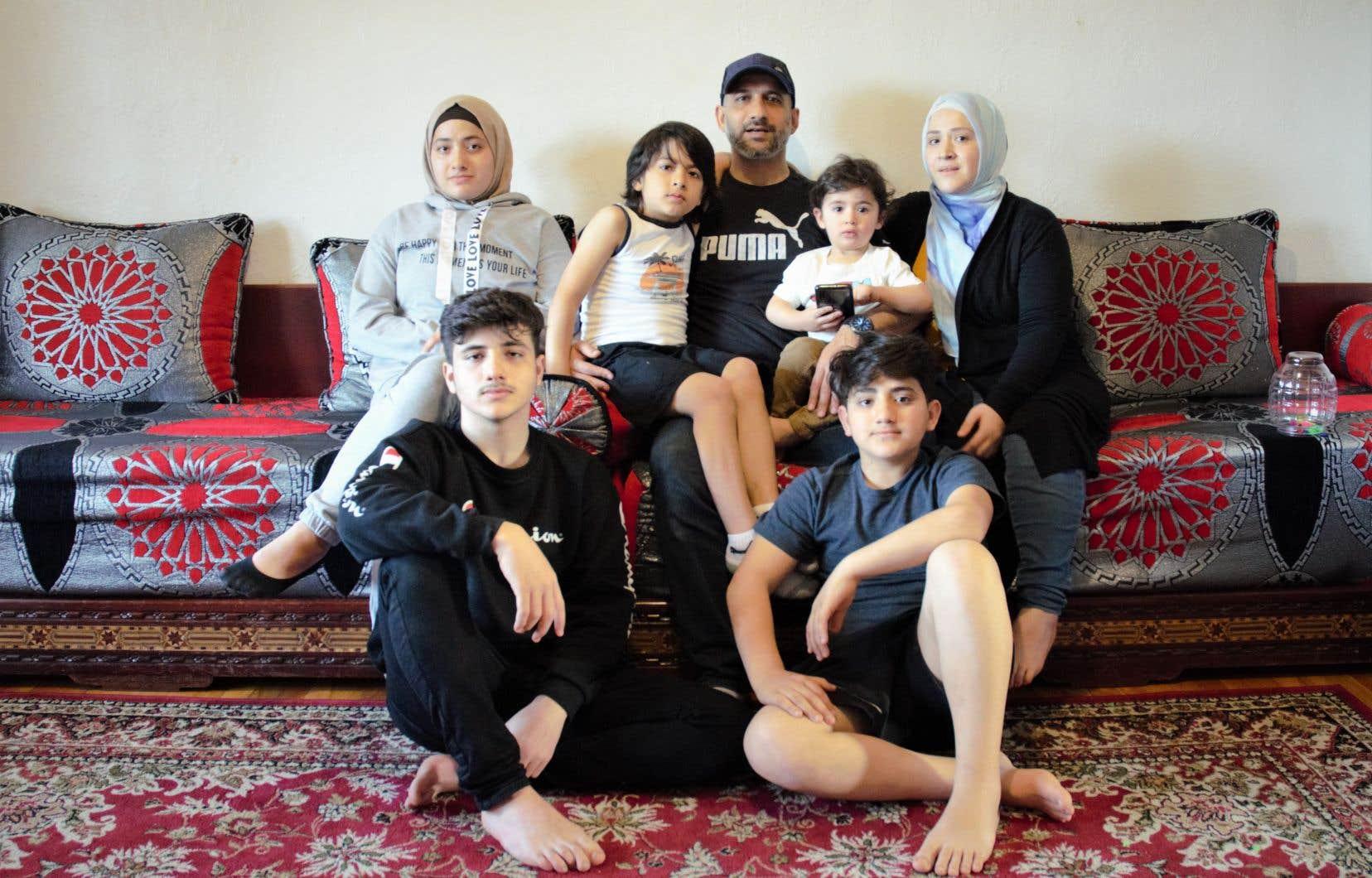 La famille Alkarez: Sana, Mohamad, Omar, Jouma Alkarez (père), Adam, Fatima Alkarez (mère) et Hamza.
