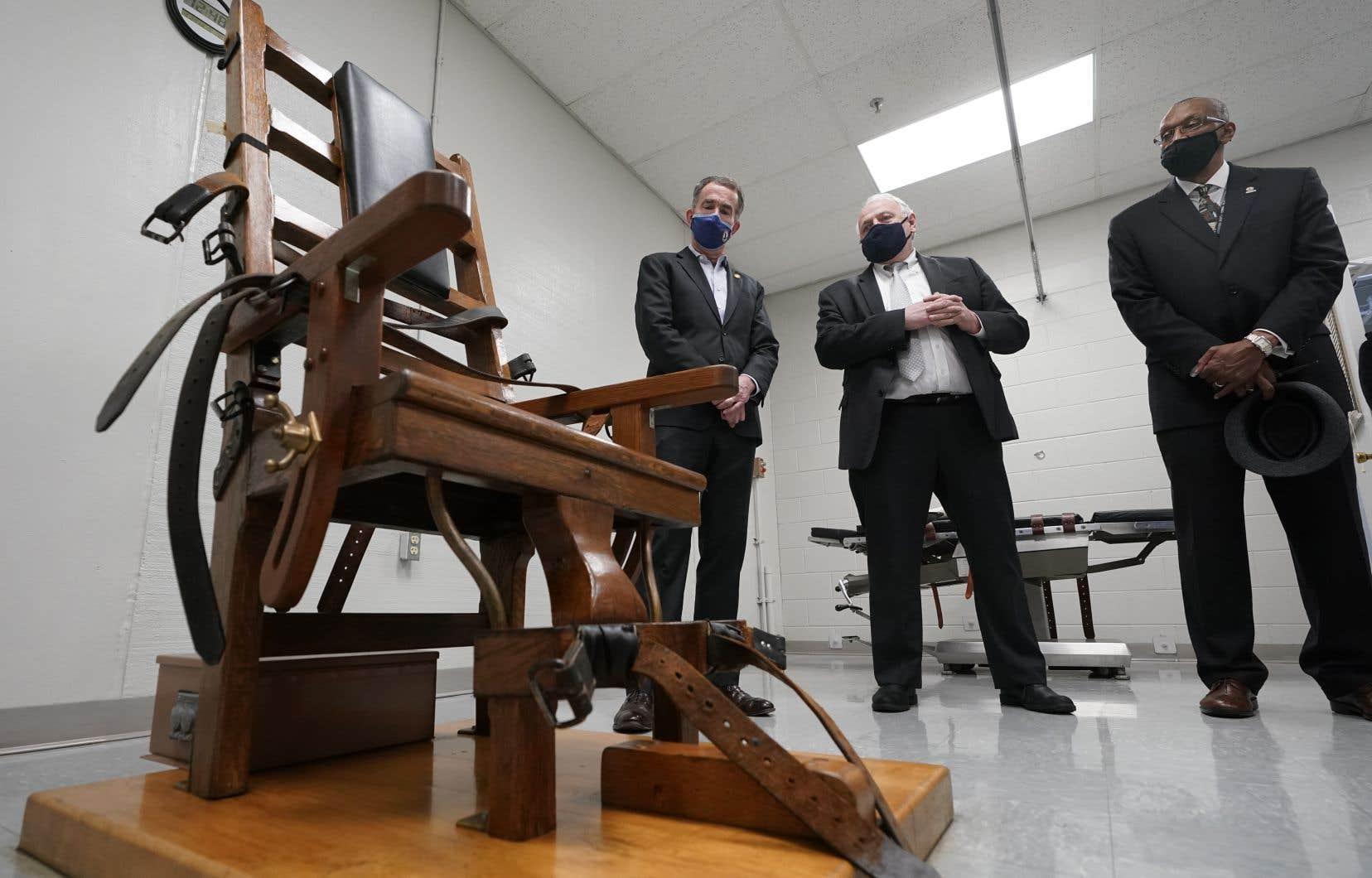 Le gouverneur Ralph Northam, à gauche, au centre correctionnel de Greensville avant la signature du projet de loi abolissant la peine de mort en Virginie