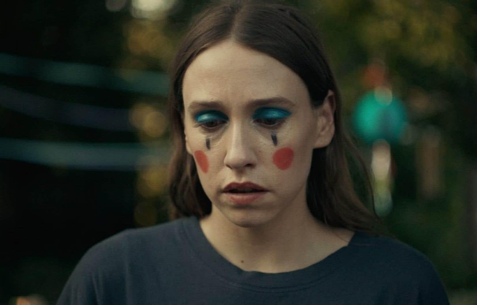 Présente dans toutes les scènes, Sarah Sutherland rend palpable la vulnérabilité de Dara, mais aussi sa détermination à revenir dans la vie de Danny et Isabel.