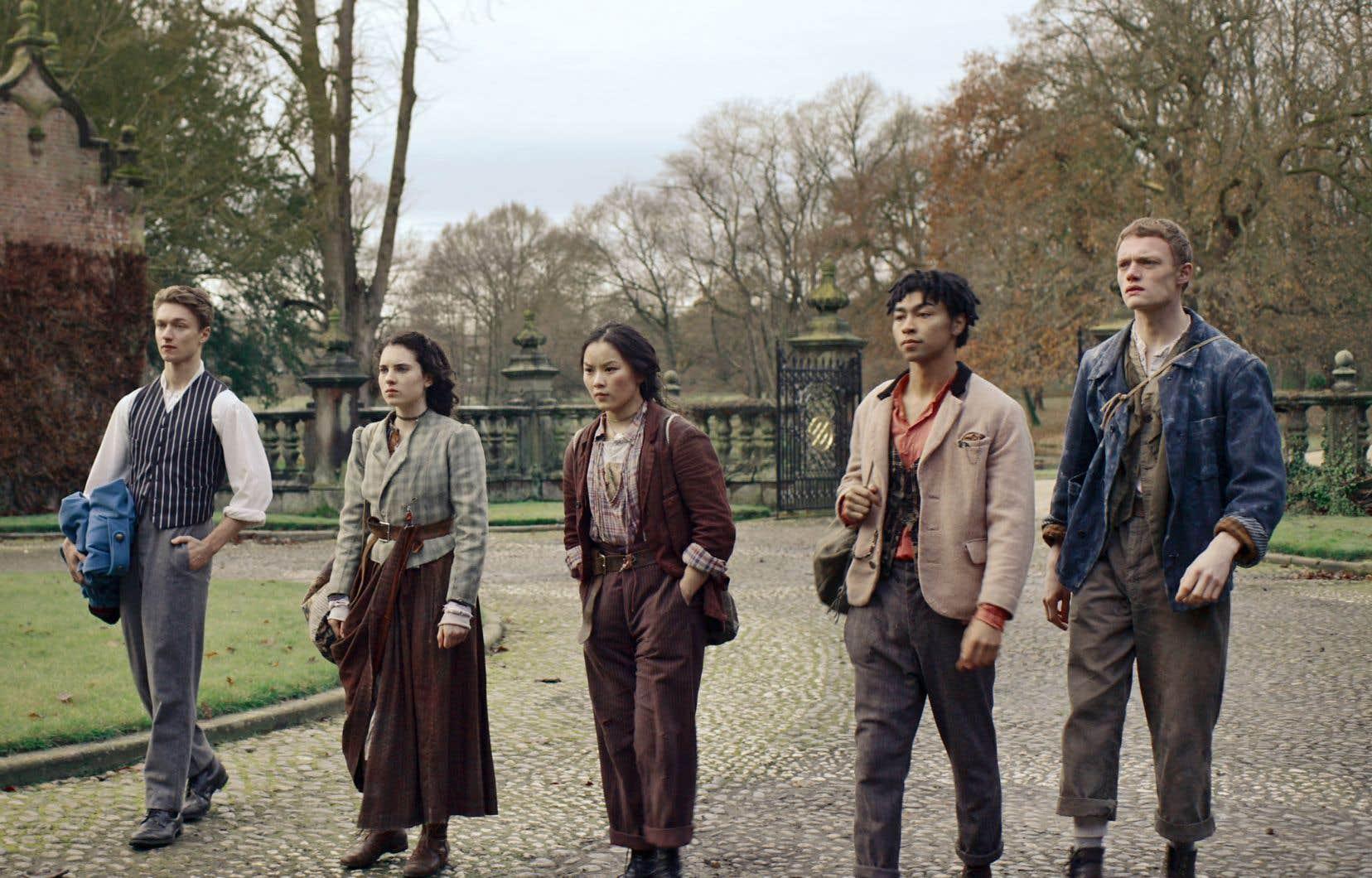 Les irréguliers de la série imaginée par Tom Bidwell semblent avoir effectué quelques stages intensifs en compagnie de Harry Potter, pris dans un tourbillon d'événements surnaturels et de forces maléfiques qui s'abattent sans interruption sur la capitale britannique.