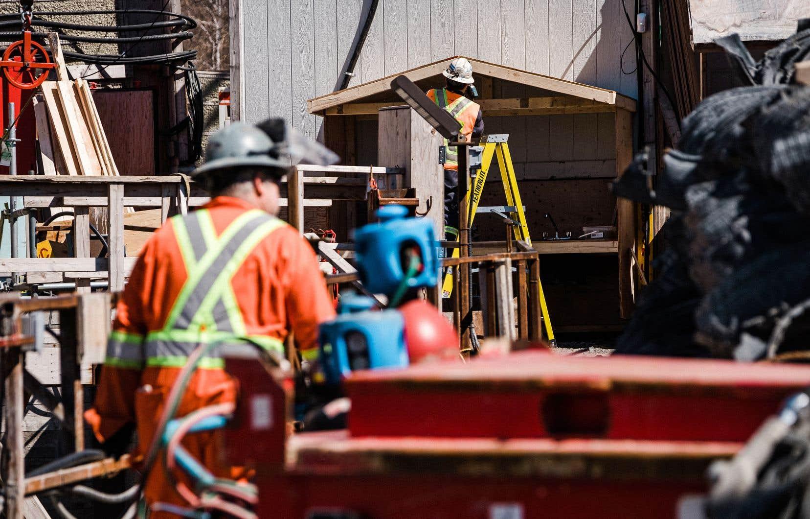 une somme de 157,5millions de dollars est prévue dans le budget Girard pour soutenir la formation et la requalification de la main-d'œuvre.
