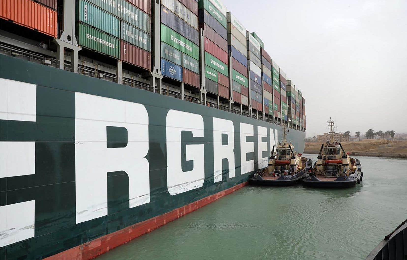 La société mandatée pour le «sauvetage» de l'<em>Ever Given</em> s'est montrée prudente, évoquant «des jours voire des semaines» pour la reprise du trafic sur le canal, qui voit passer, selon les experts, près de 10% du commerce maritime international.