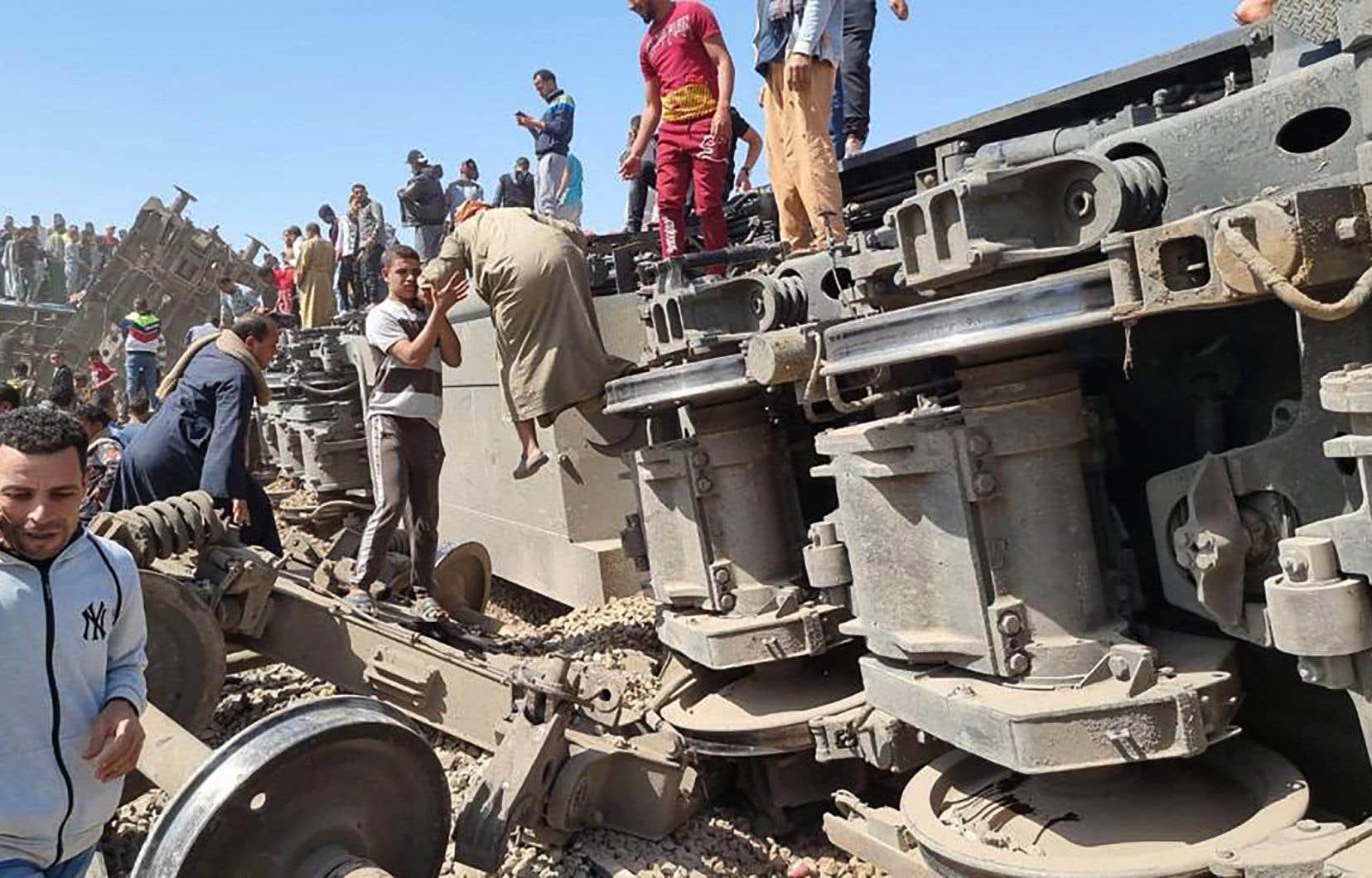 La collision, qui s'est traduite par le renversement d'au moins deux wagons, s'est déroulée entre les gares de Maragha et Tahta.