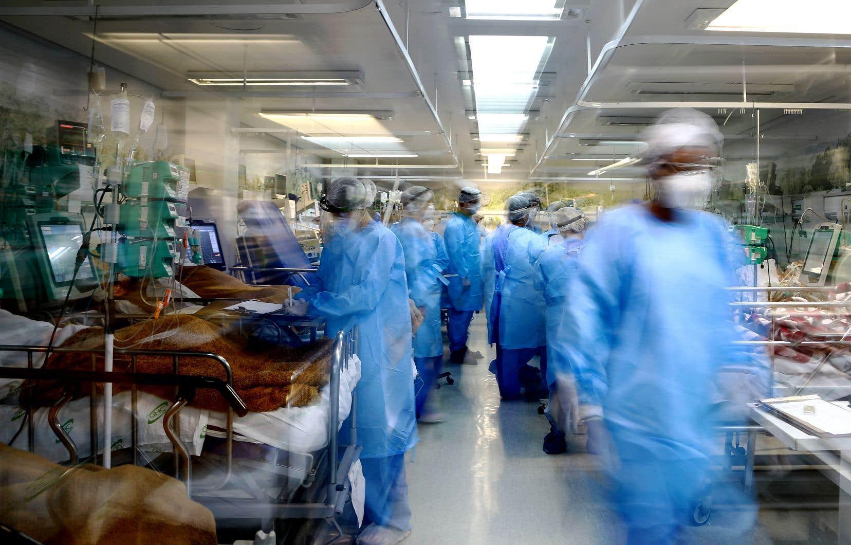 Selon les médias du pays, la capitale, Brasília, a atteint sa capacité maximale en matière de soins intensifs, tandis que la ville de Porto Alegre a dépassé cette capacité, comme ici à l'hôpital Nossa Senhora da Conceição.
