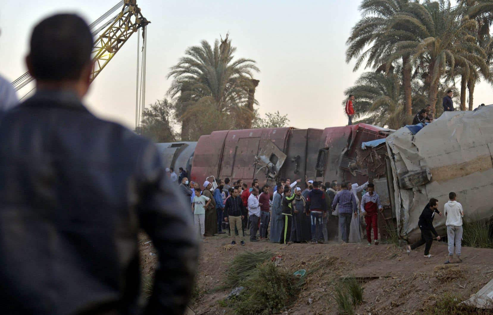 Les autorités ont fait état dans un premier temps de 32 morts et 165 blessés avant de revoir ce bilan à la baisse samedi, à 19 morts et 185 blessés. Selon des médias locaux, les deux conducteurs des trains sont décédés.