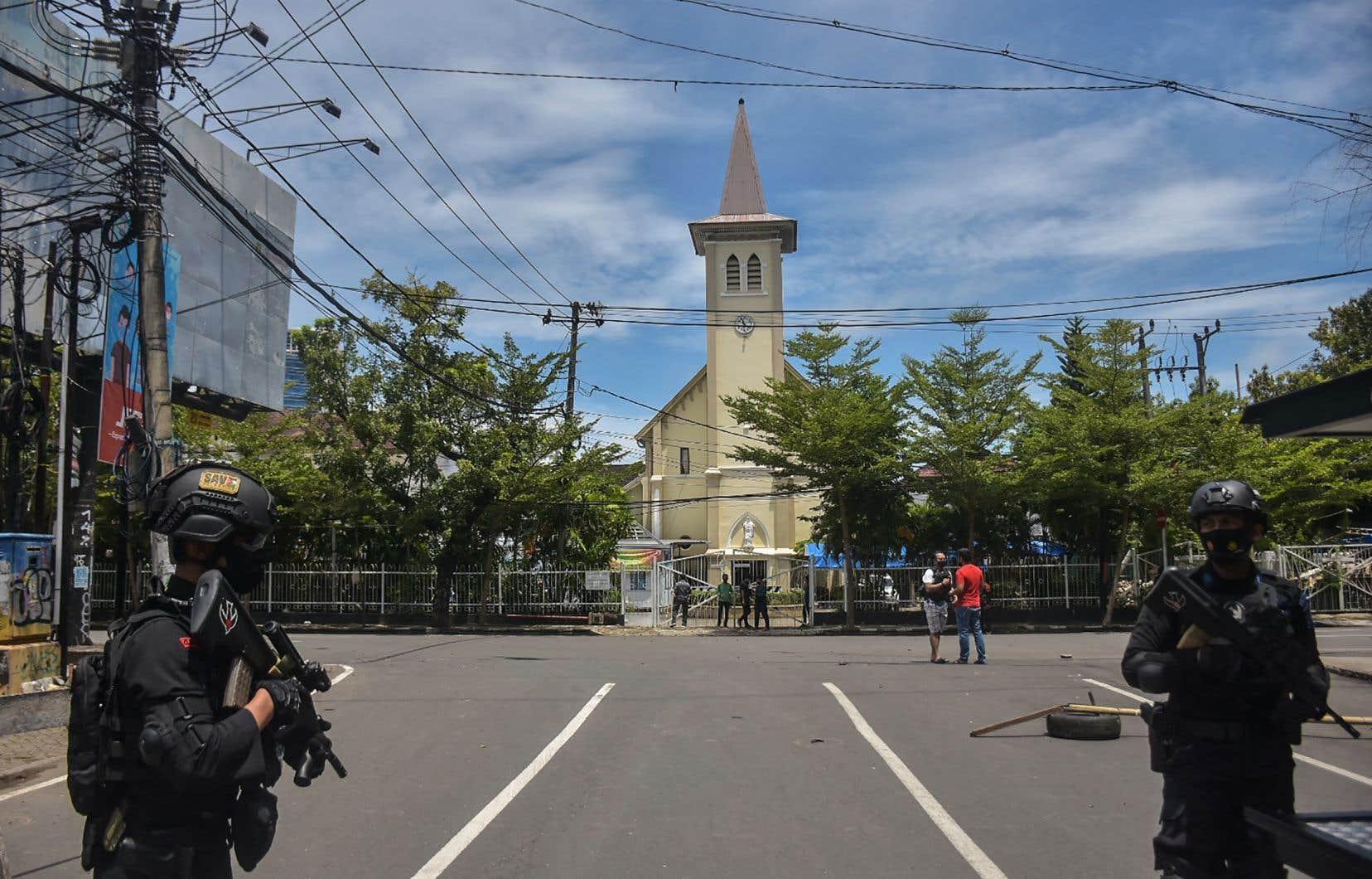 La police a établi un cordon de sécurité autour de la cathédrale de Makassar où s'est produit l'attentat.