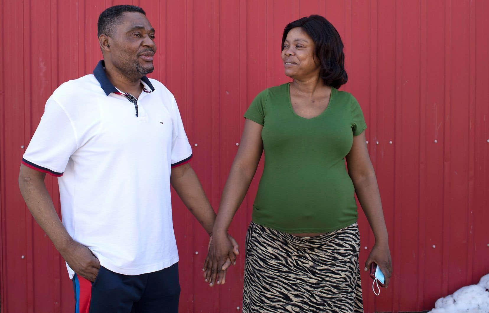 Luciano Sunda et Nathalie Florence Biagcheun vont recevoir dans quelques mois leur résidence permanente. La famille caresse le rêve d'ouvrir une épicerie avec des produits africains. Elle aura elle-même bientôt une troisième bouche à nourrir, avec un bébé déjà en route.
