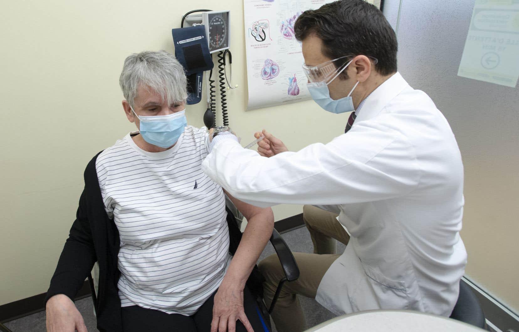 Avec une moyenne de près de 40000 doses administrées chaque jour la semaine dernière, le Québec est encore loin de sa cible de vaccination.