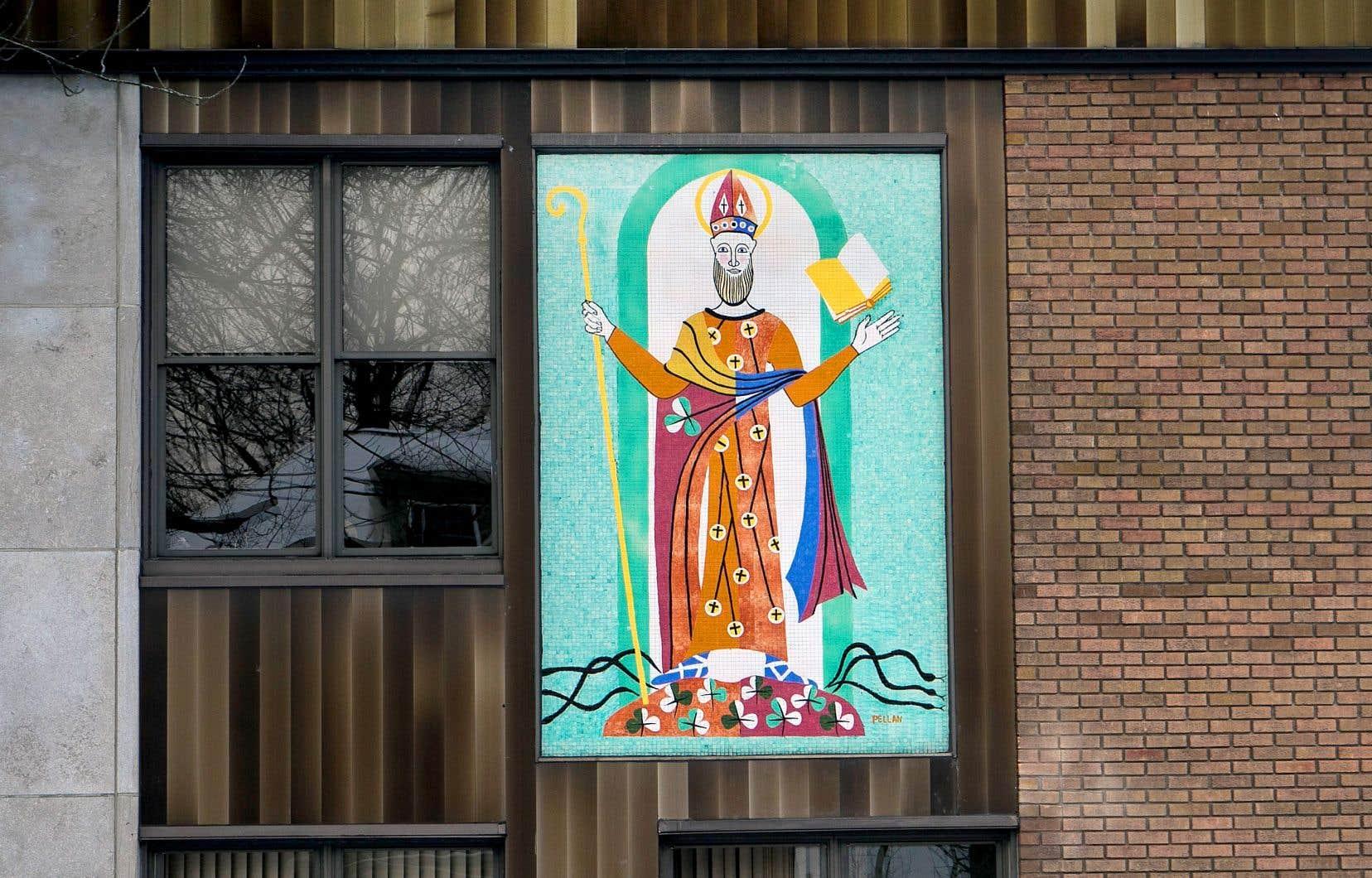 Le «saint Patrick»d'Alfred Pellan, unemurale de céramique réalisée dans la tradition de la mosaïque, date de 1958.