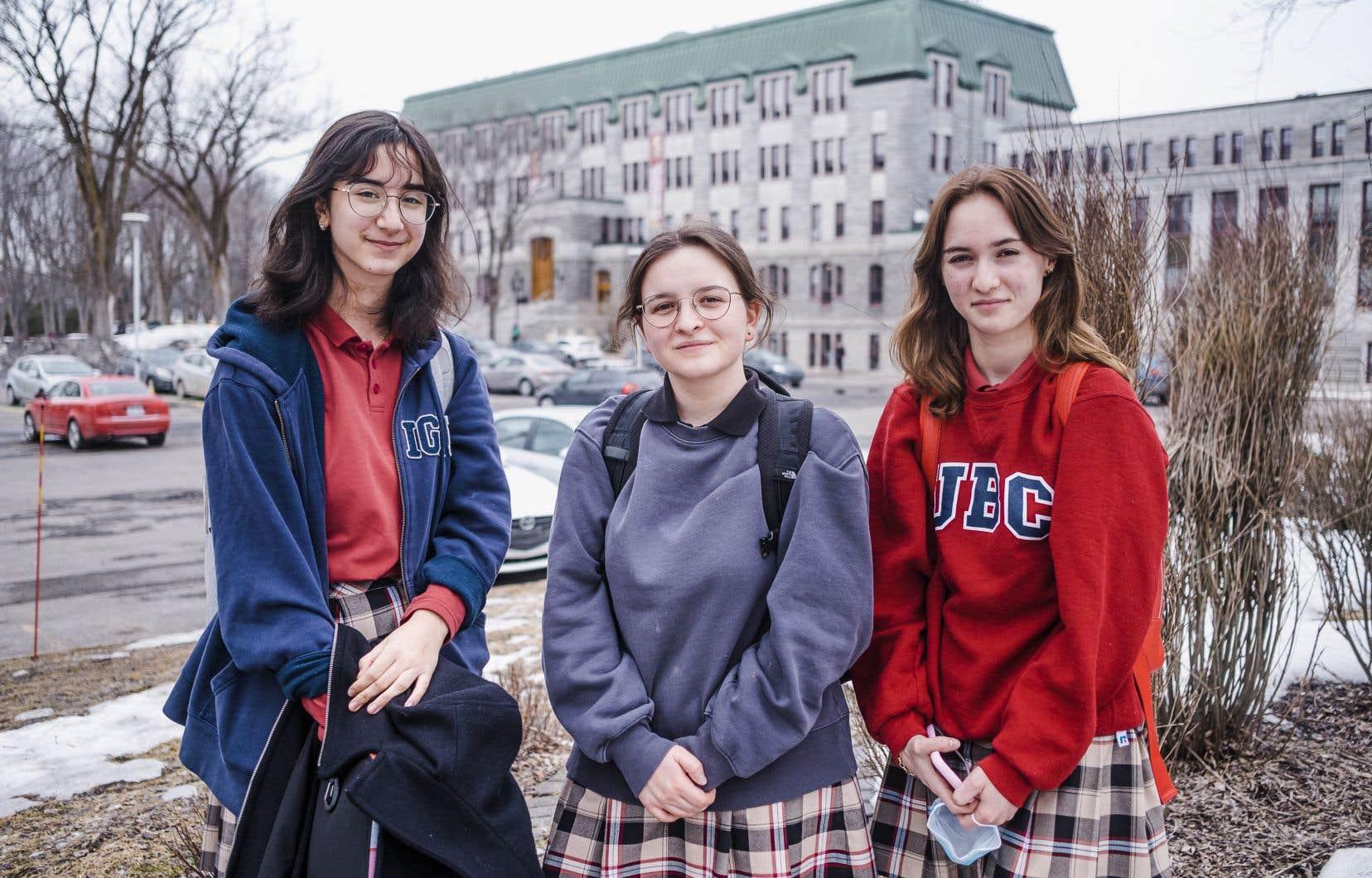 Luiza Ionascu, Sabrina Demers et Camille Deschenes ont toutes trois grandi dans un milieu francophone. Néanmoins, les trois amies et étudiantes au Collège Saint-Charles-Garnier, à Québec, se textent en anglais, naviguent en anglais sur le Web et rêvent aussi leur avenir dans cette langue.