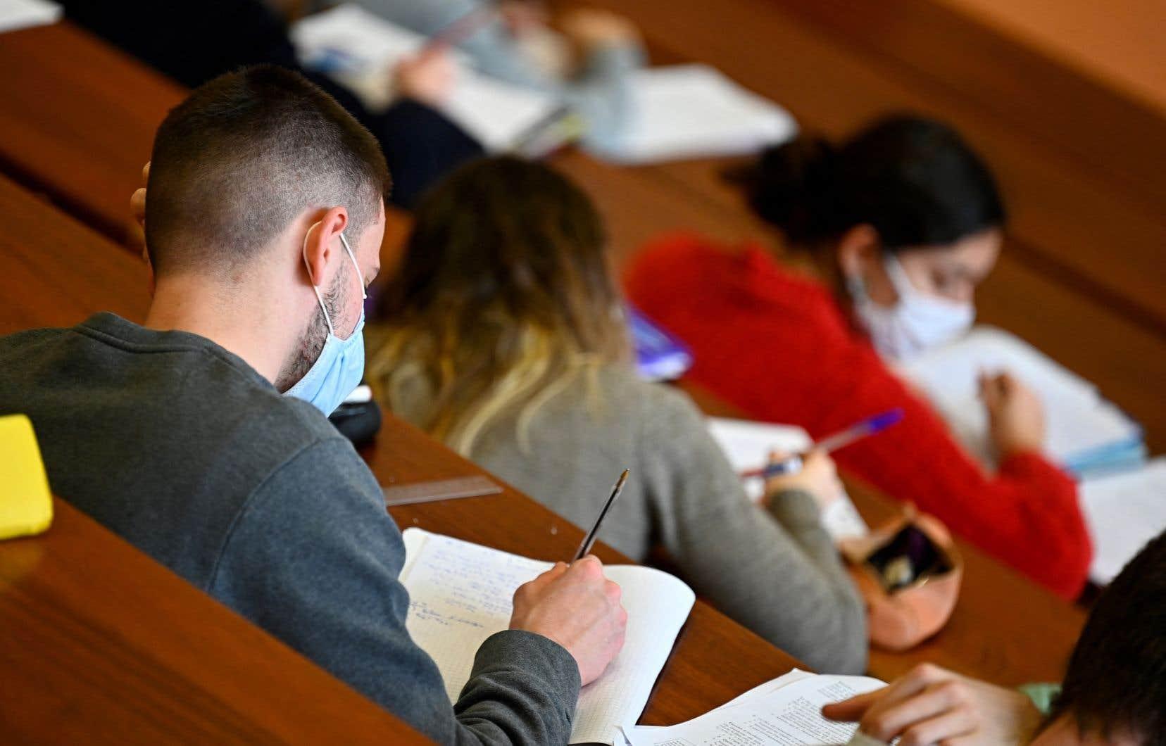 Le phénomène est mondial, mais la tendance à l'anglicisation de l'enseignement supérieur s'accélère, selon un rapport de l'Association des étudiantes et des étudiants de Laval inscrits aux études supérieures (AELIES).