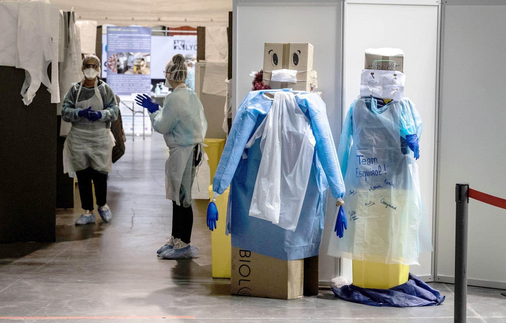 Une séance de vaccination à Lyon, en France. Le pays fait partie des signataires qui ont appelé mardi à élaborer un traité international sur les pandémies.