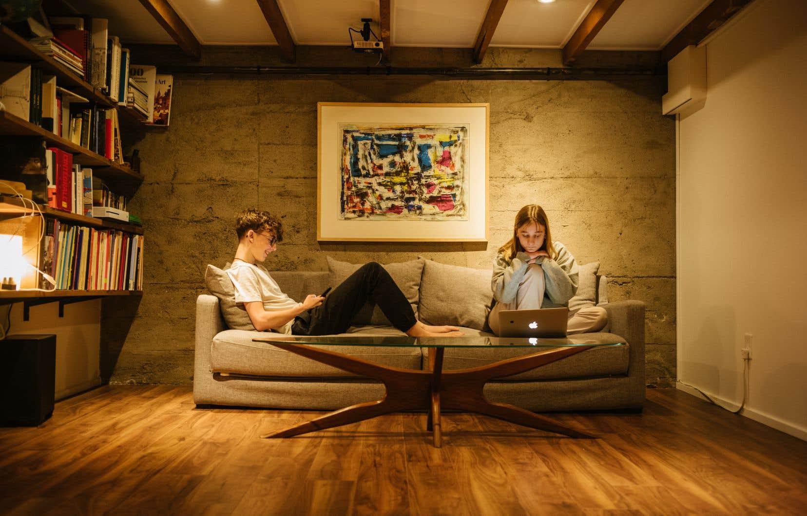 L'anglais se taille une place grandissante parmi les jeunes internautes et influenceurs québécois. Pour la jeune Alice Hayaud, une francophone de 19 ans, les contenus consommés sur les réseaux sociaux jouent un rôle important dans sa façon de s'exprimer. On la voit ici devant son écran, en compagnie de son frère Thomas.