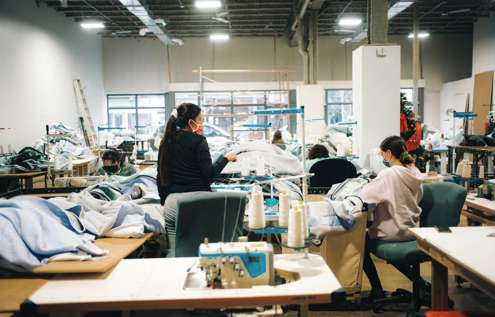 À la Coop Couturières Pop, dans Hochelaga-Maisonneuve, 9 des 23 employées suivent présentement des cours de français avec Emploi Québec, durant leurs heures de travail.