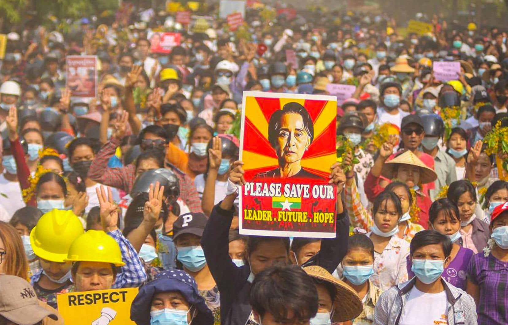 Des manifestants participant à une manifestation contre le coup d'État militaire, à Monywa, dans la région de Sagaing.