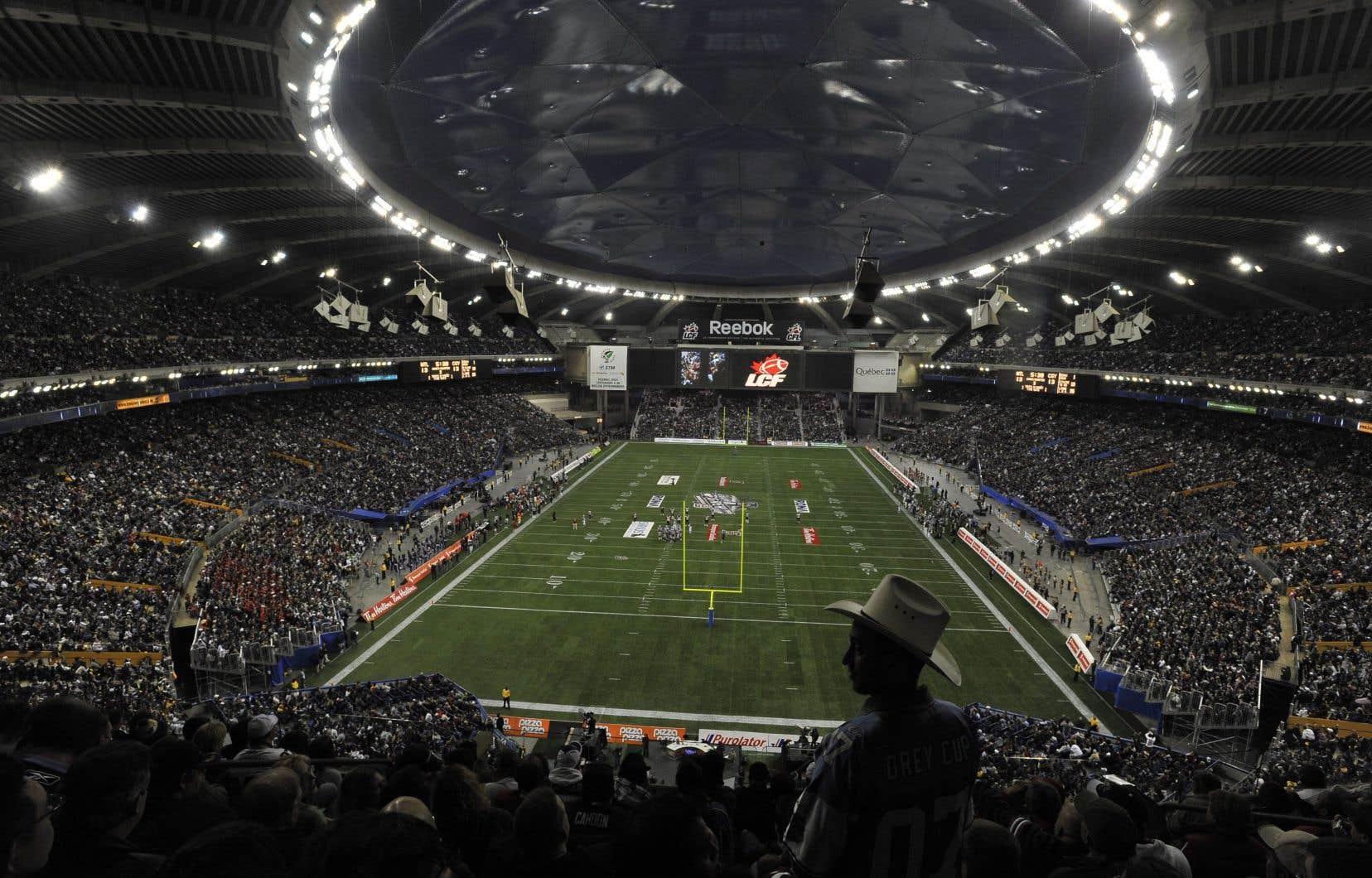 La plupart des meilleures foules dans l'histoire de la Ligue canadienne de football ont été enregistrées au Stade olympique de Montréal. Sur la photo, la finale de la Coupe Grey 2008 opposant les Stampeders de Calgary aux Alouettes de Montréal, au Stade.