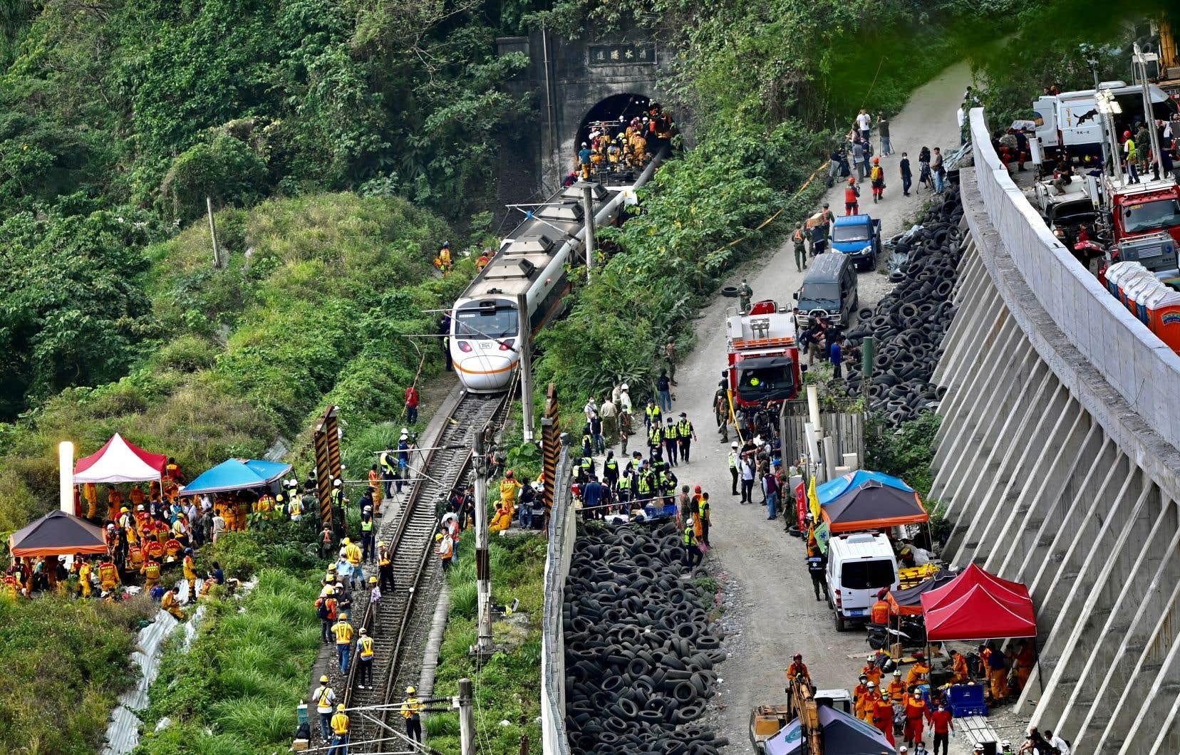 <p>Selon les autorités, l'accident aurait été causé par un engin de chantier qui, après avoir glissé d'un talus, a heurté le train qui s'apprêtait à entrer dans un tunnel près de la ville de Hualien, sur le littoral.</p>