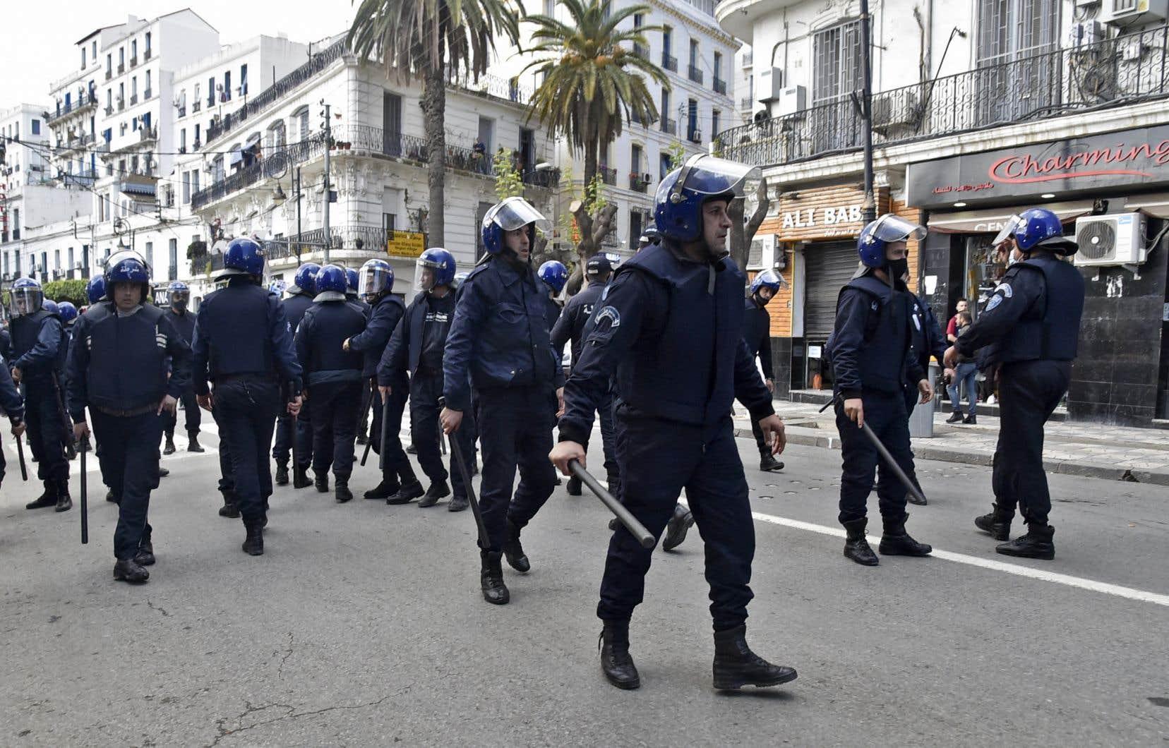La Ligue algérienne de défense des droits de l'homme avait renouvelé fin mars son appel à l'ouverture d'enquêtes et d'instructions judiciaires sur des cas de torture à l'encontre de militants du Hirak.
